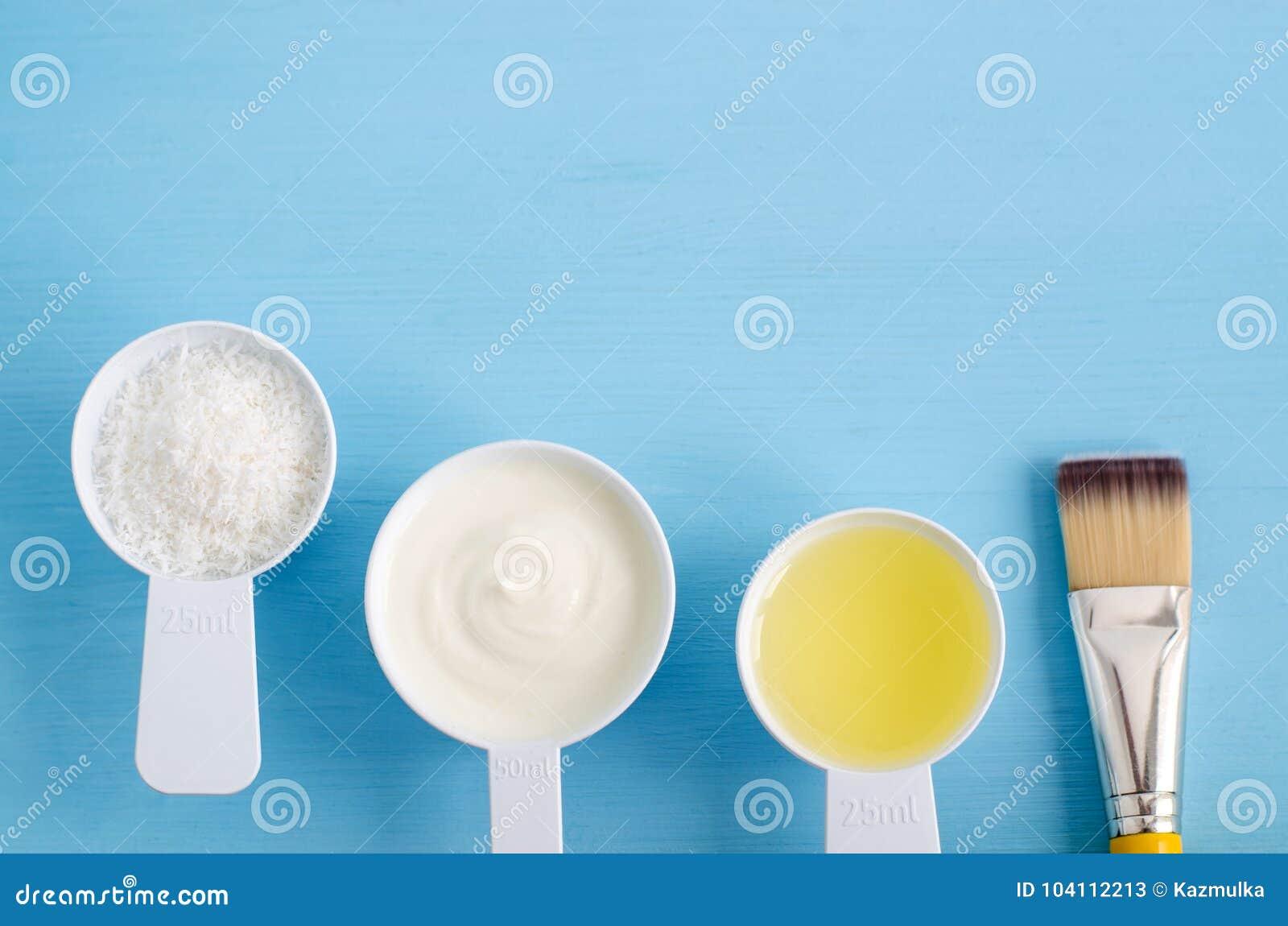 Югурт сметаны греческий, shredded кокос и оливковое масло в малые ветроуловители Ингридиенты для подготавливать diy маски, scrubs