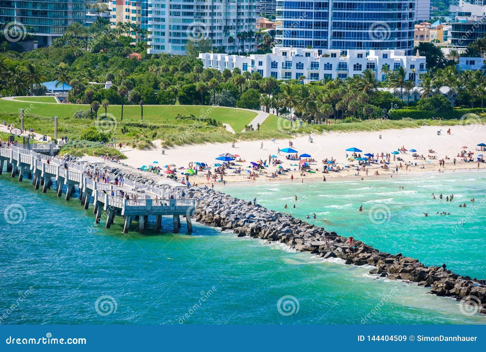 Южные парк и пристань Pointe на южном пляже, Miami Beach r Рай и тропическое побережье Флориды, США
