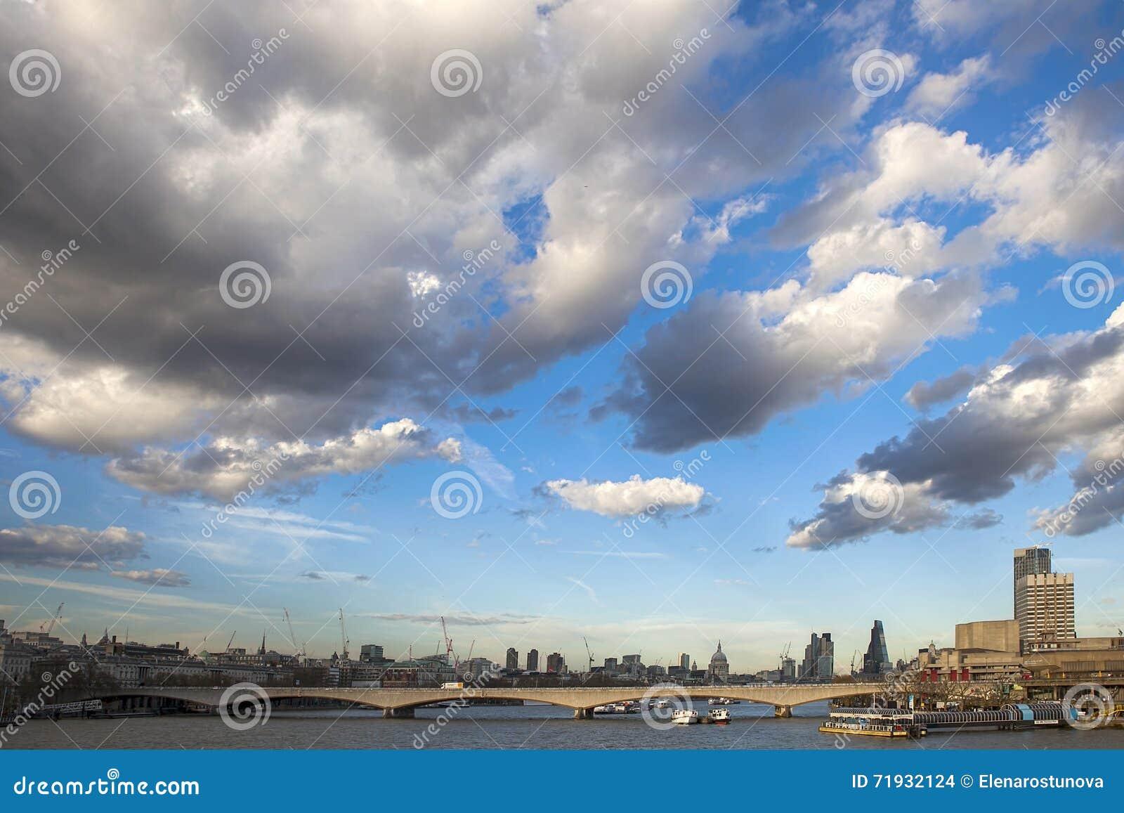 Южный берег, мост черных Friars и некоторый горизонт 10-ого июля 20