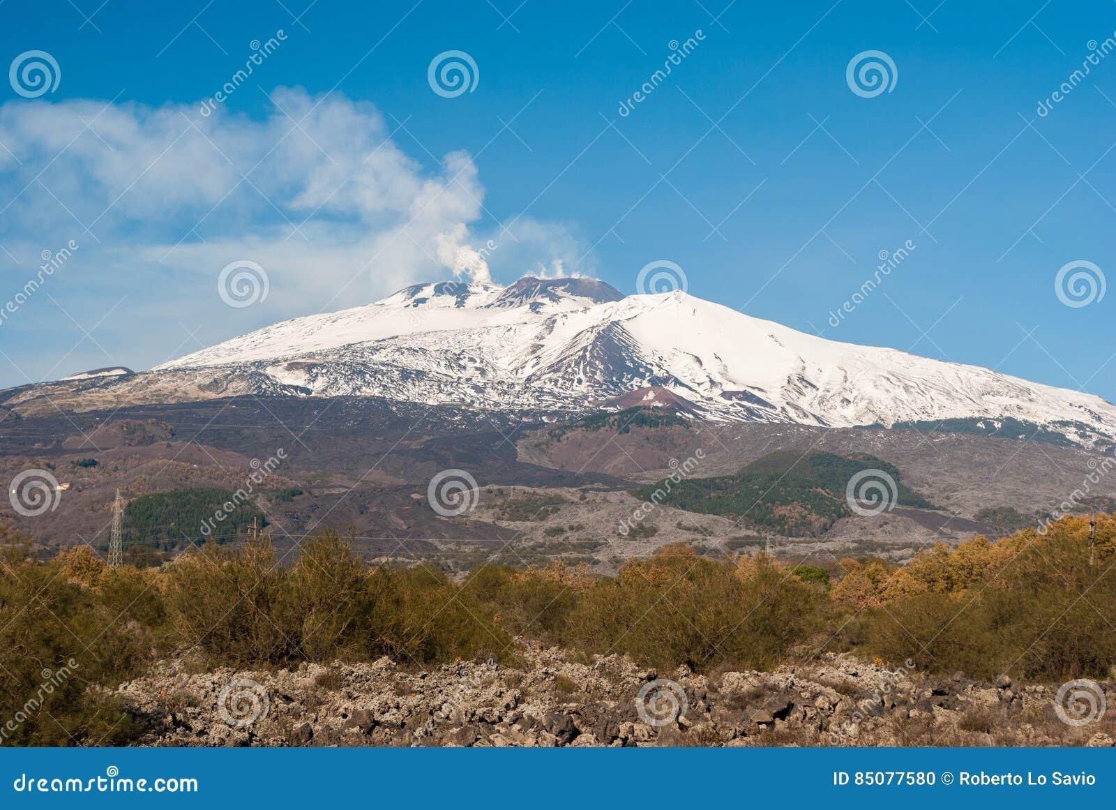 Южный фланк вулкана Этна покрытый снегом во время зимы