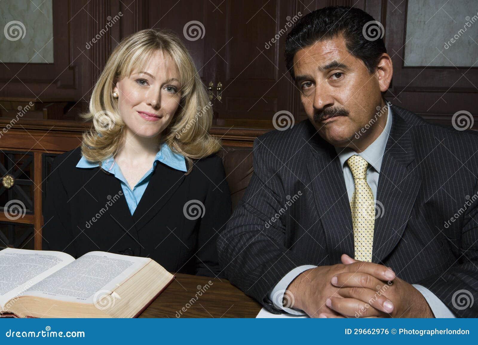 Юристы сидя совместно