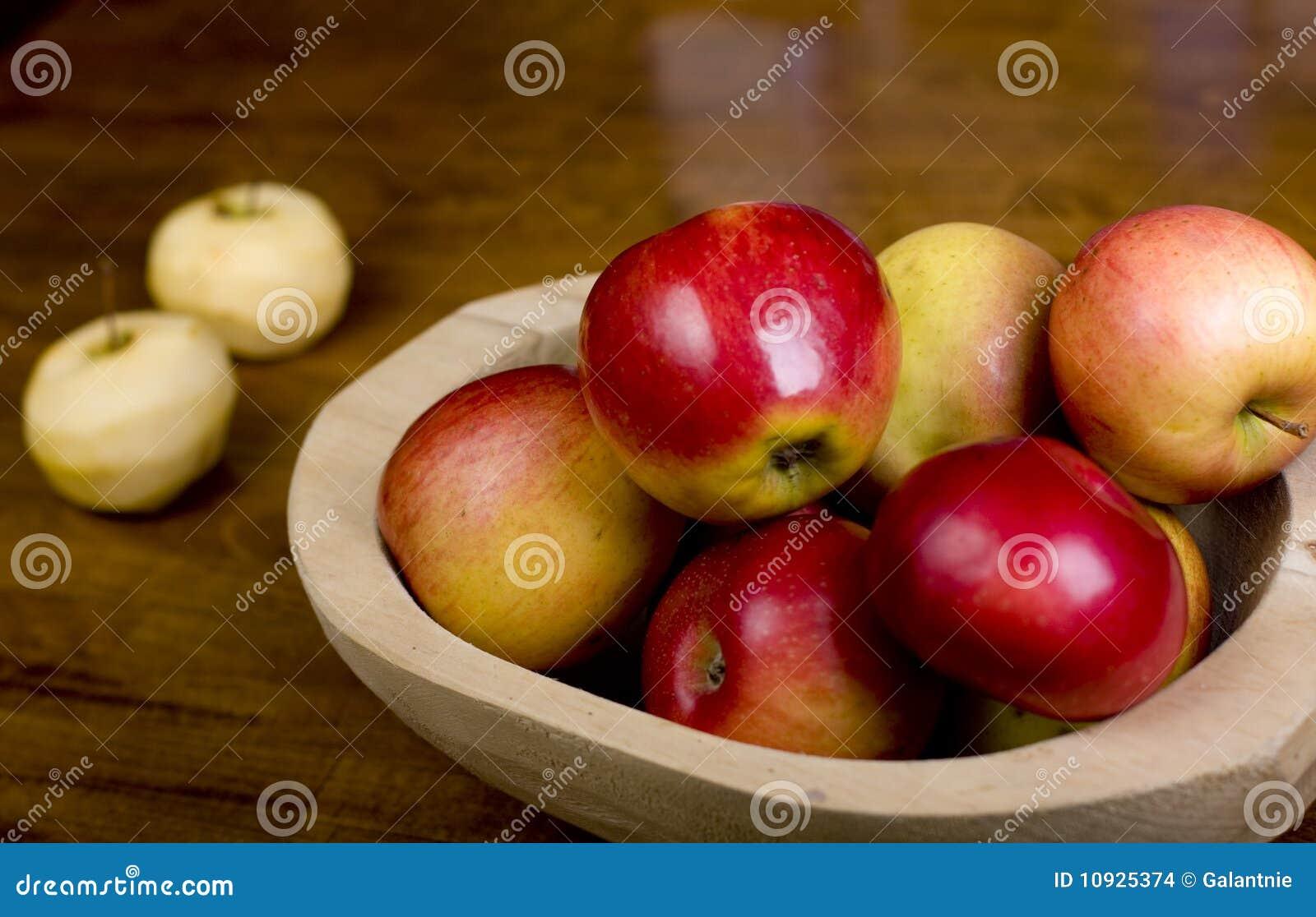 яблоки готовят деревянное