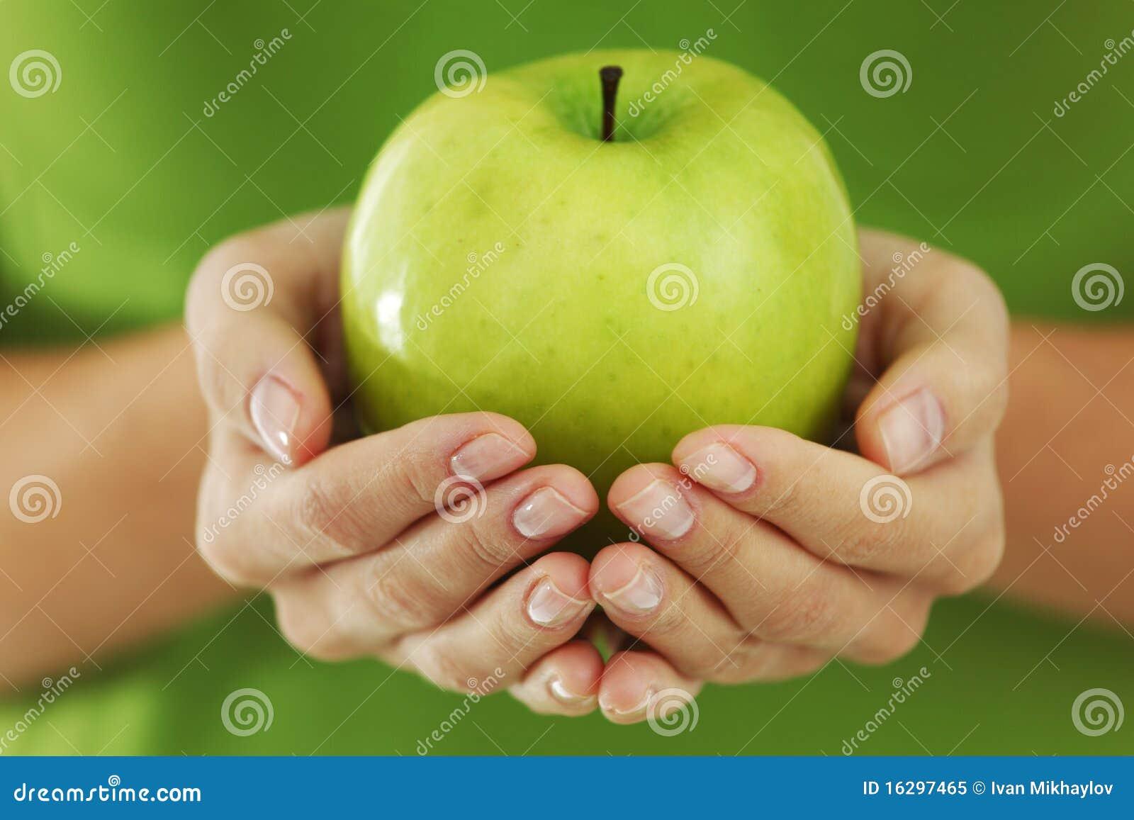 яблоко вручает женщину