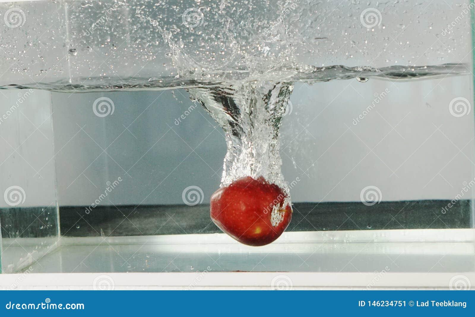 Яблоко разделяет воду