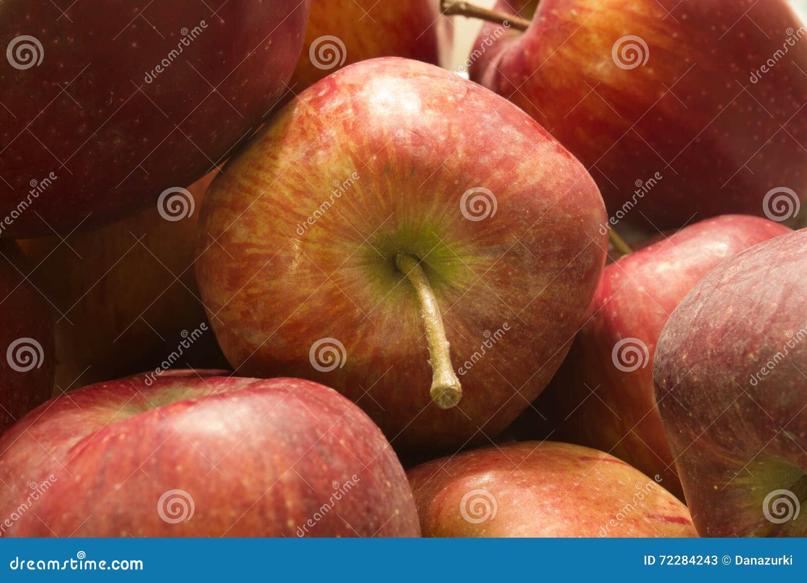 Download яблоки красные стоковое изображение. изображение насчитывающей здоровье - 72284243