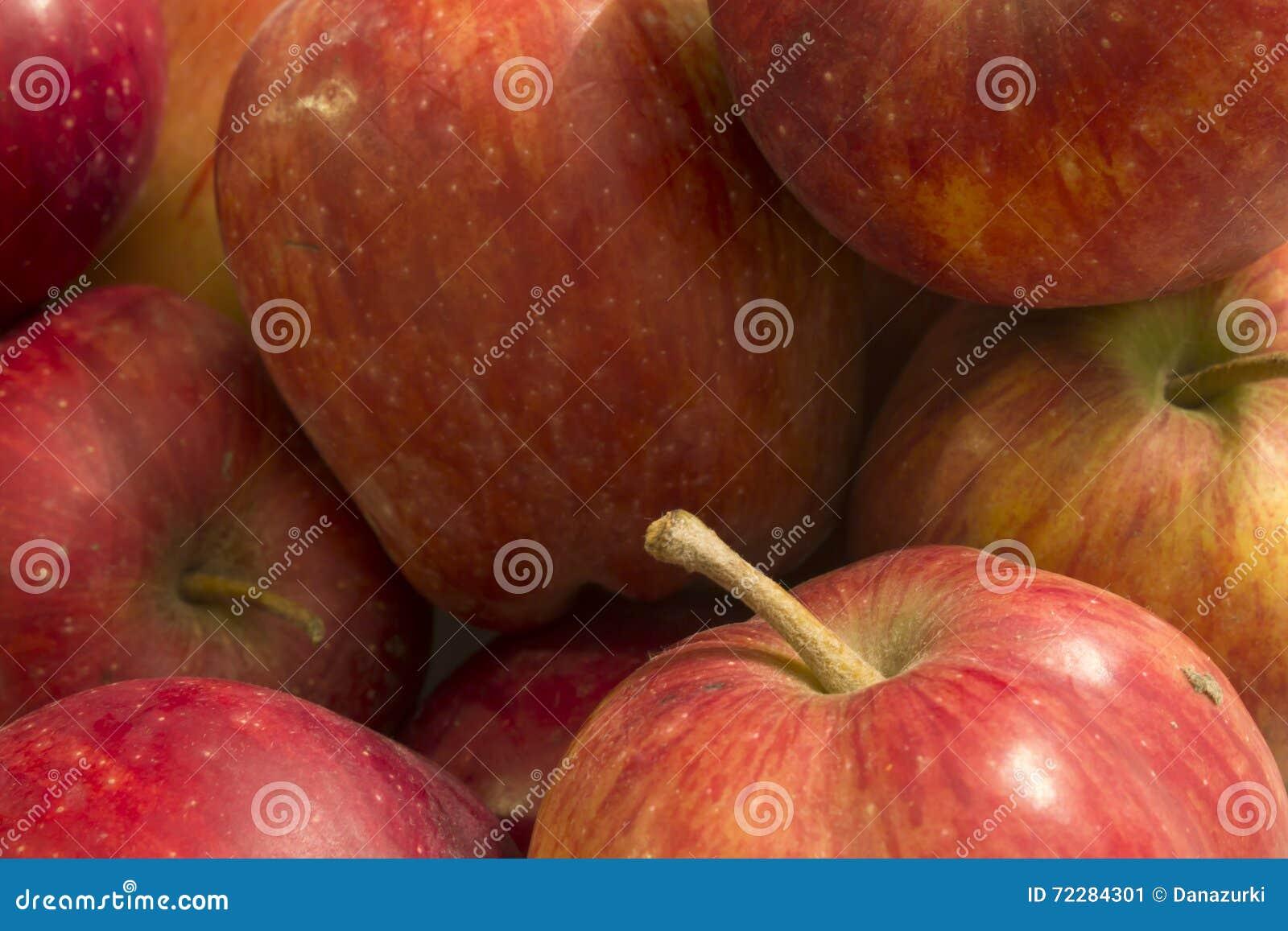 Download яблоки красные стоковое изображение. изображение насчитывающей свеже - 72284301