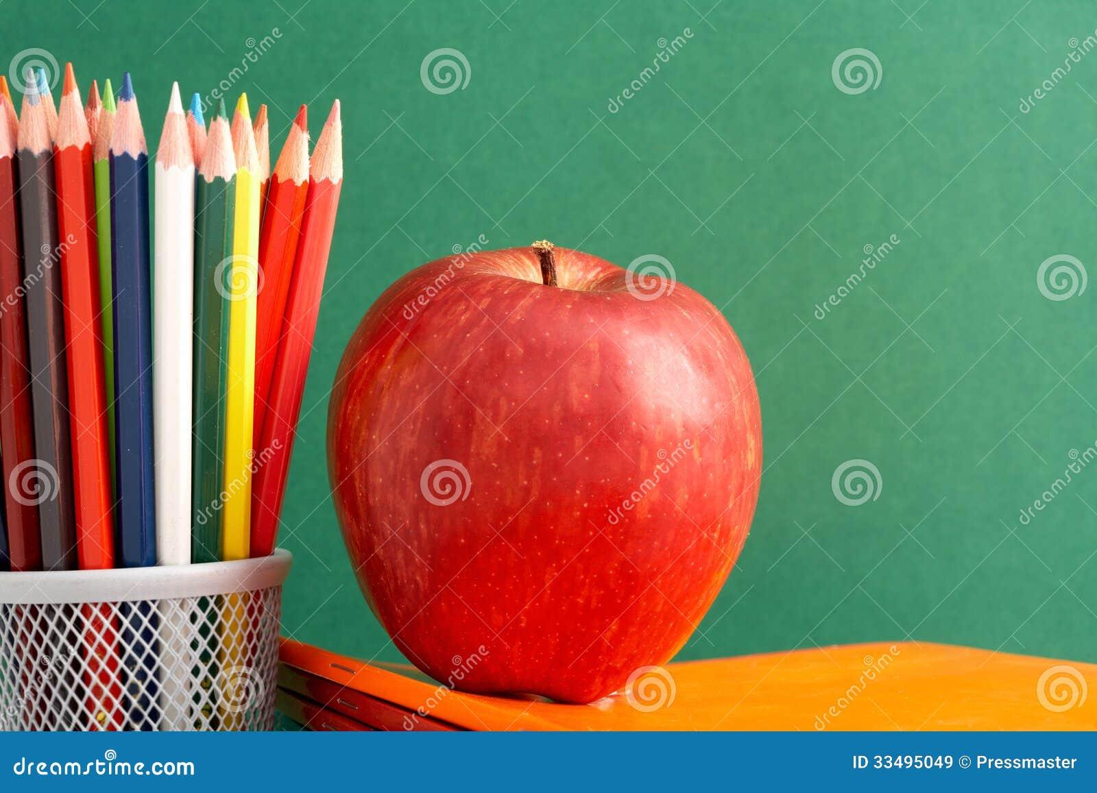 Яблоко и карандаши