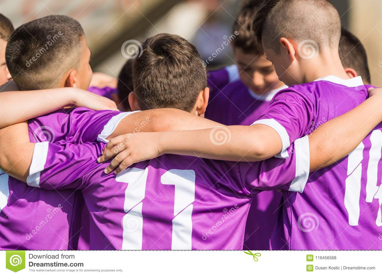 Ягнит футбол футбола - игроки детей празднуя после victo