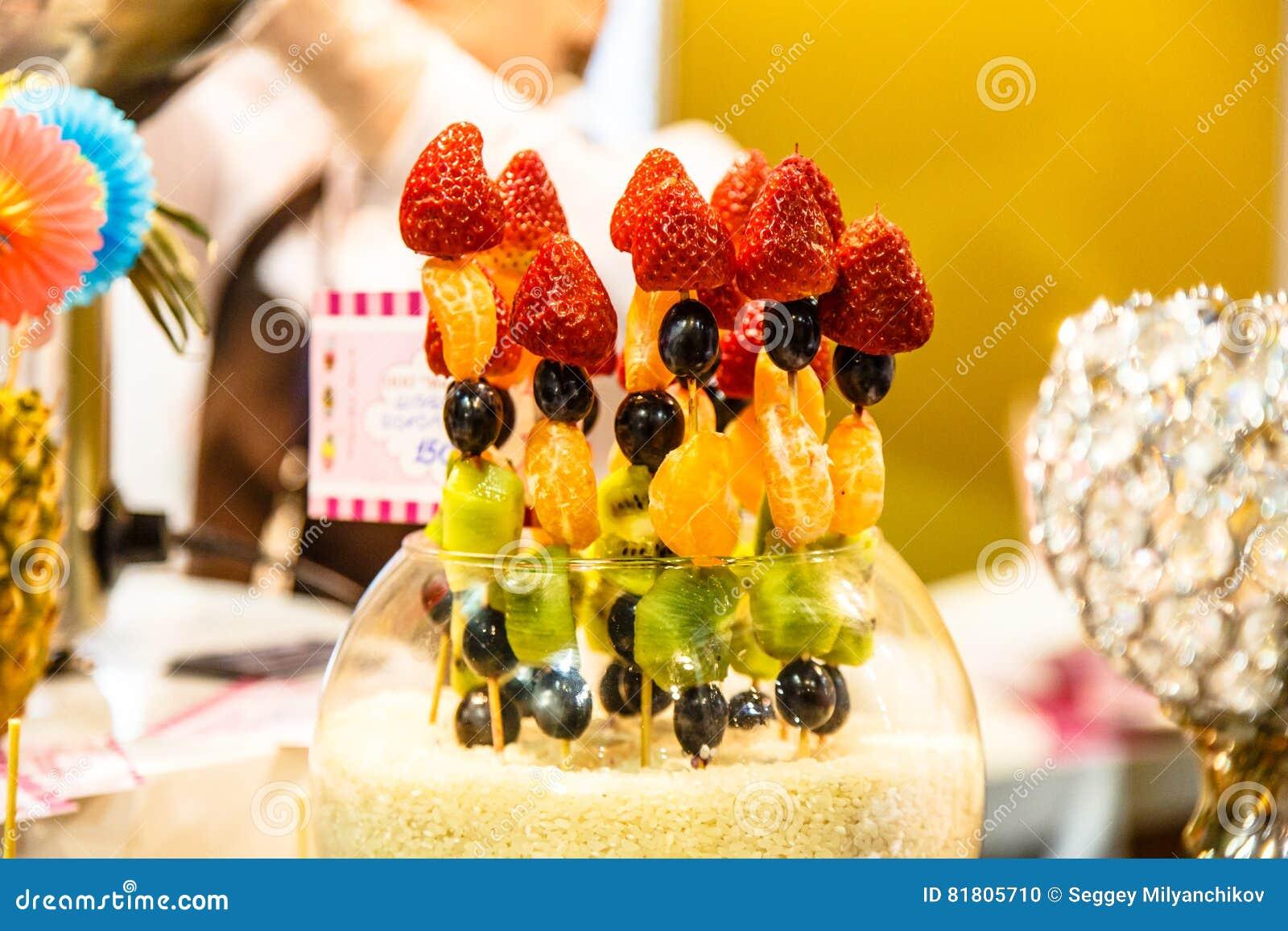 Ягоды и плодоовощ: клубники, мандарины, киви виноградин на s