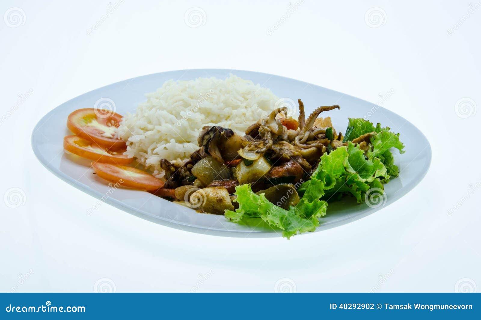 Яичко жареных рисов посоленное кальмаром на белом блюде
