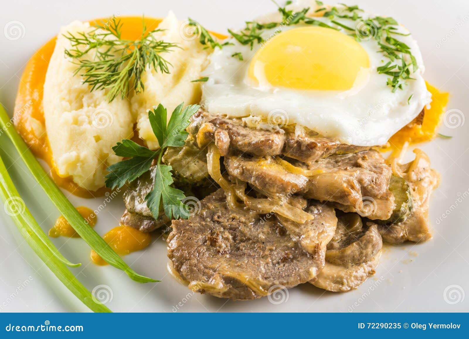 Download Яичница и мясо стоковое изображение. изображение насчитывающей зажарено - 72290235