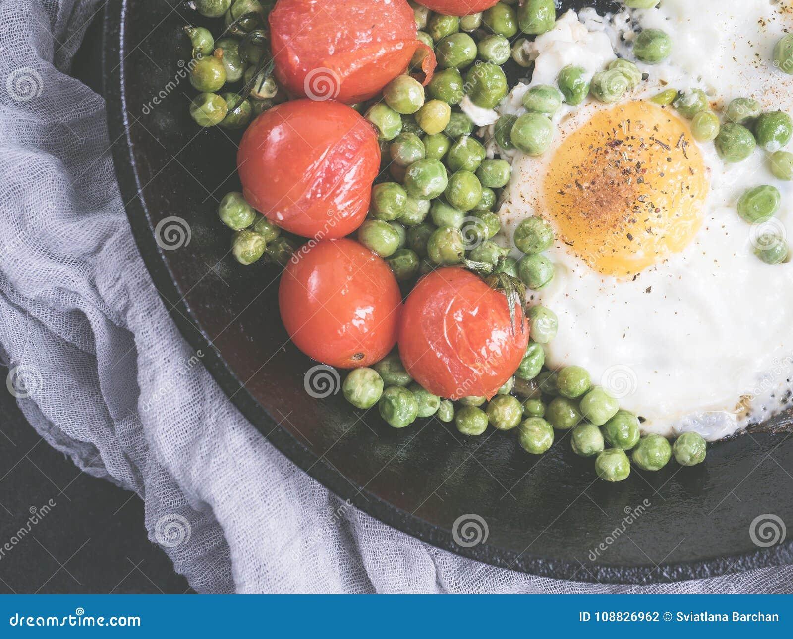 Яичницы с томатами и зелеными горохами