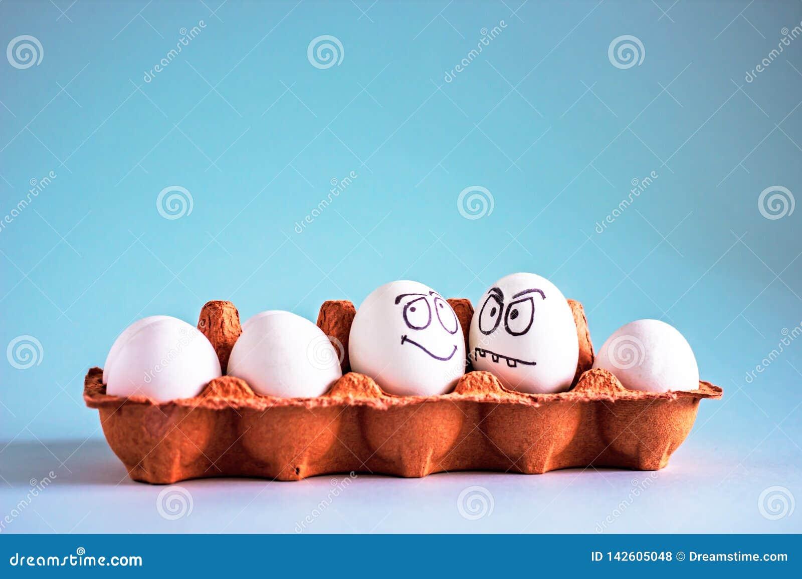 Яйца смешного цыпленка белые со сторонами в яйцеклетке