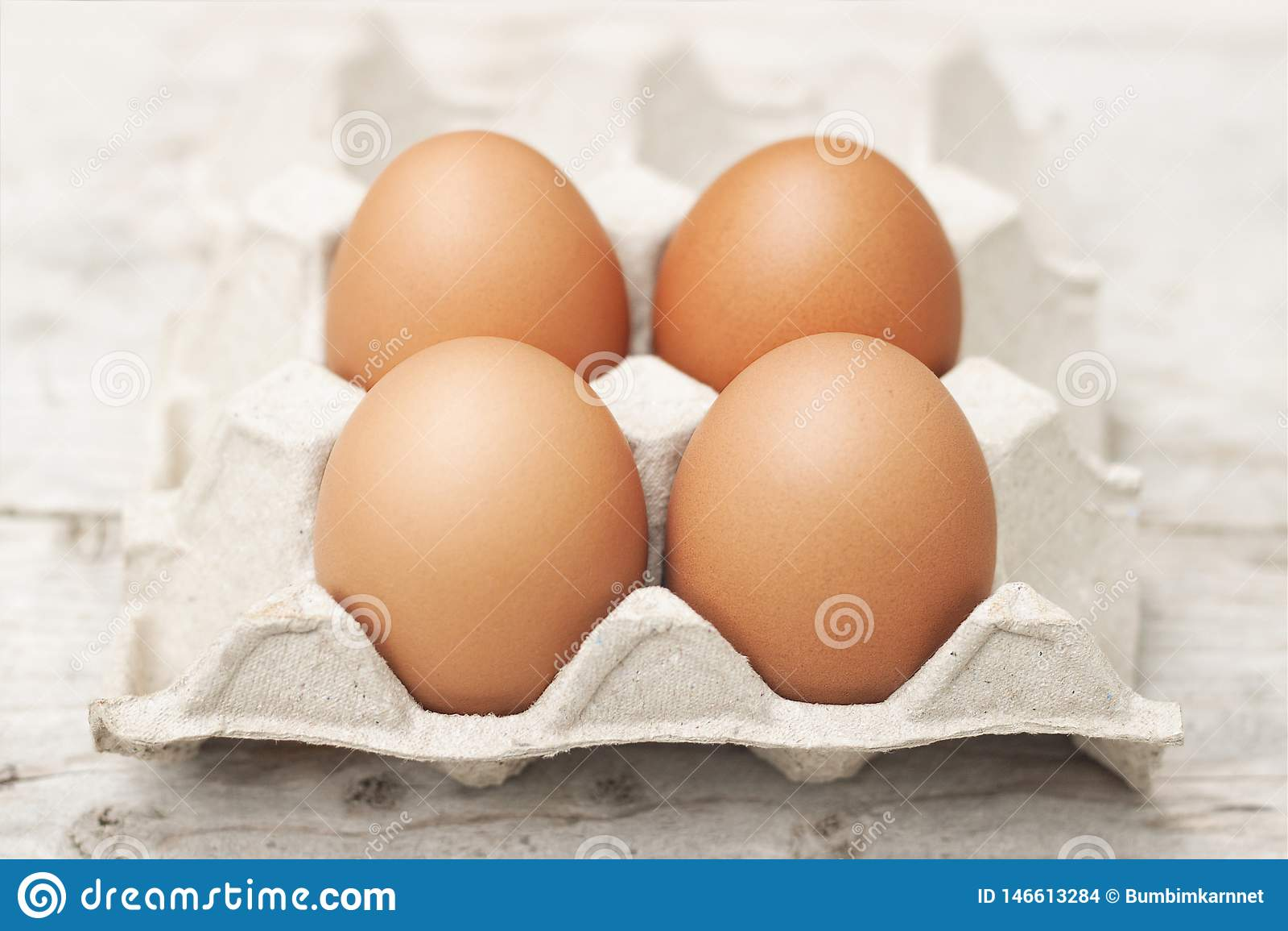 Яйца с большими, яркими красными яйцами, нетоксическими