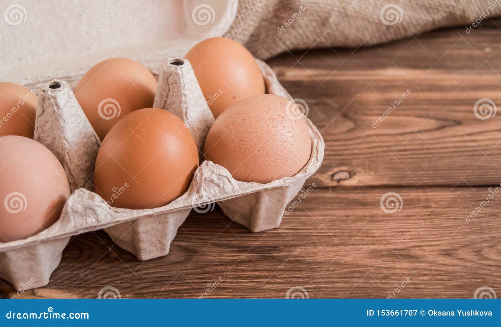 Яйца цыпленка в пакете на таблице