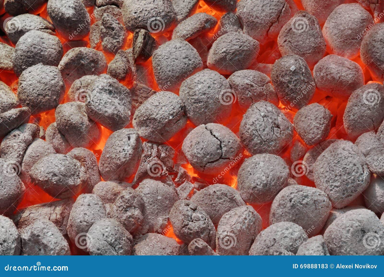 Яма с накаляя горячими брикетами угля, крупный план гриля BBQ