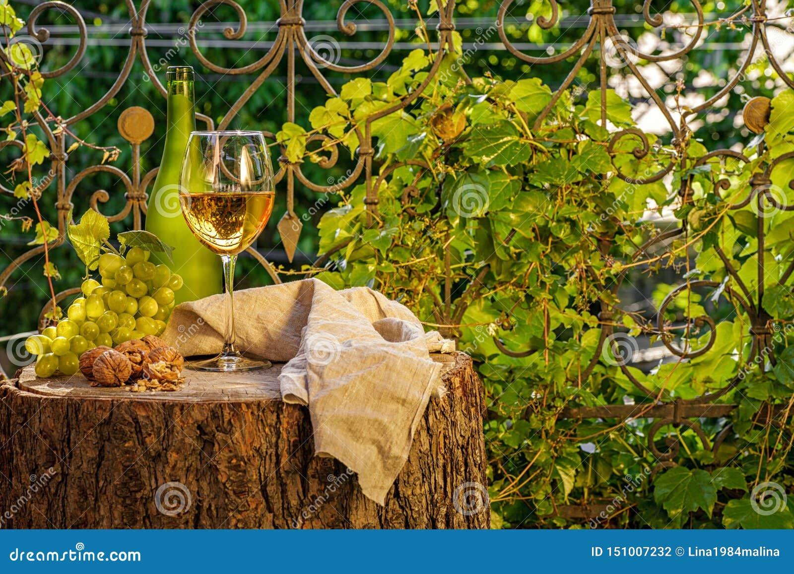 Янтарное вино в стекле