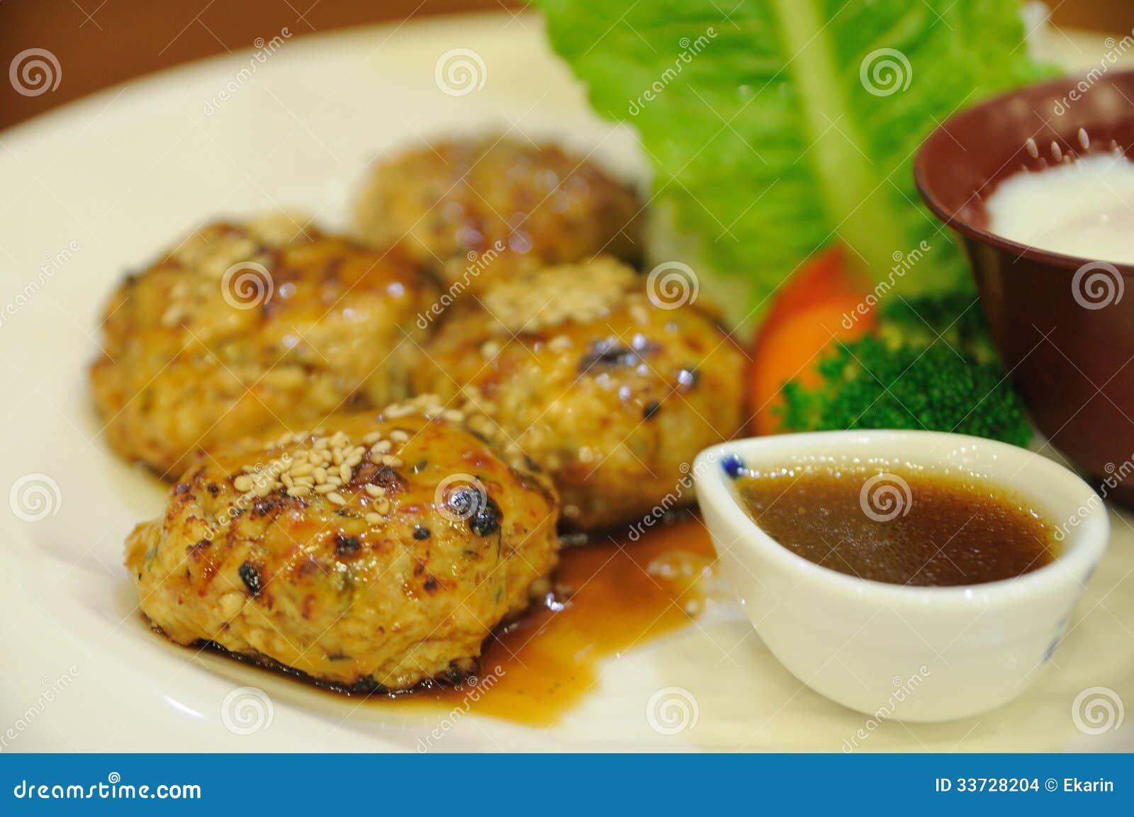 Японская еда, кубы цыпленка зажарила в духовке с яичком и овощем.