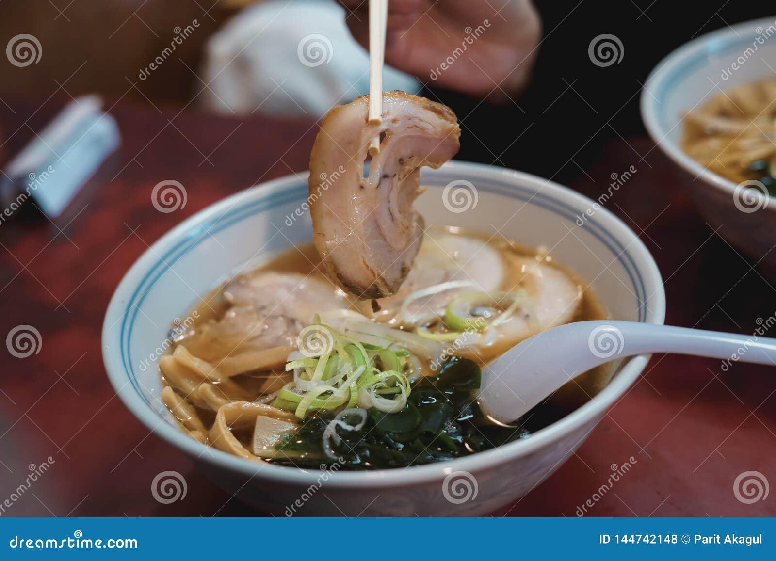 Японская кухня рамэнов должна попробовать!