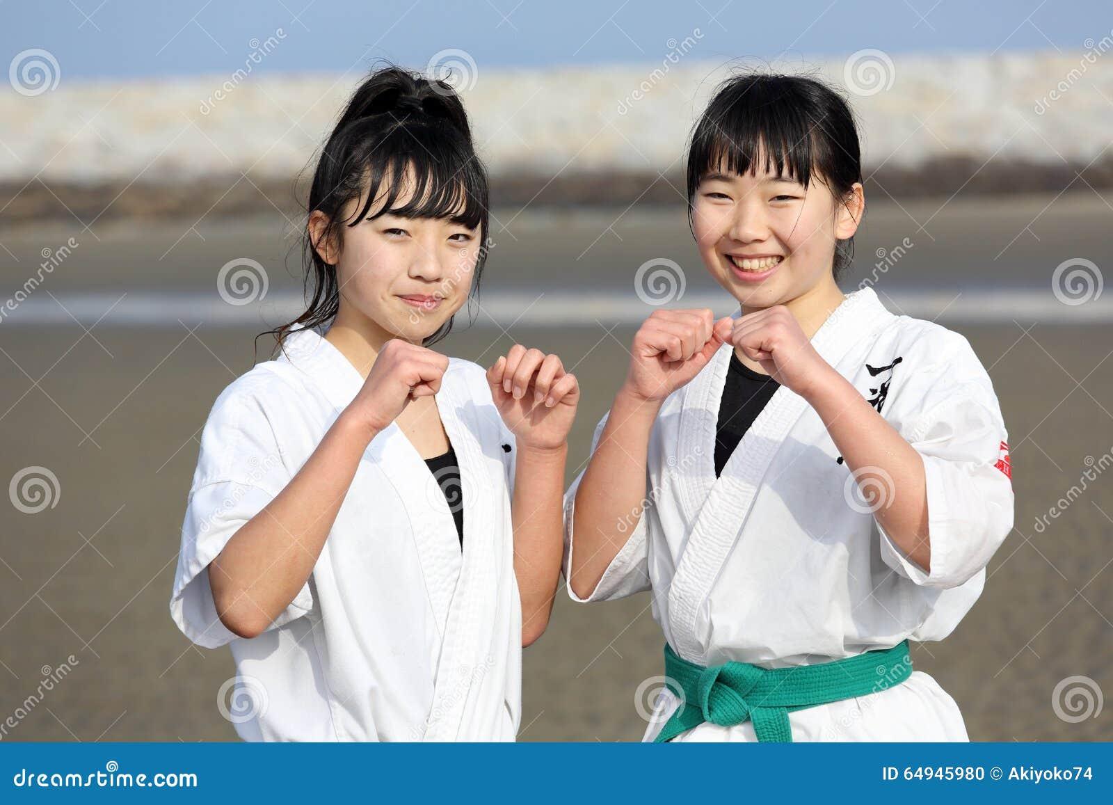 Горячих парней японские девушки на пляже фото обкончал