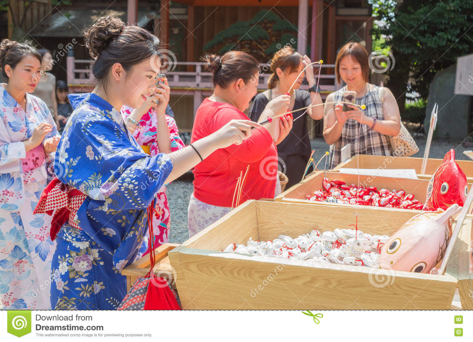 Японские и азиатские туристы пробуют их везение путем затравливать удачливый для