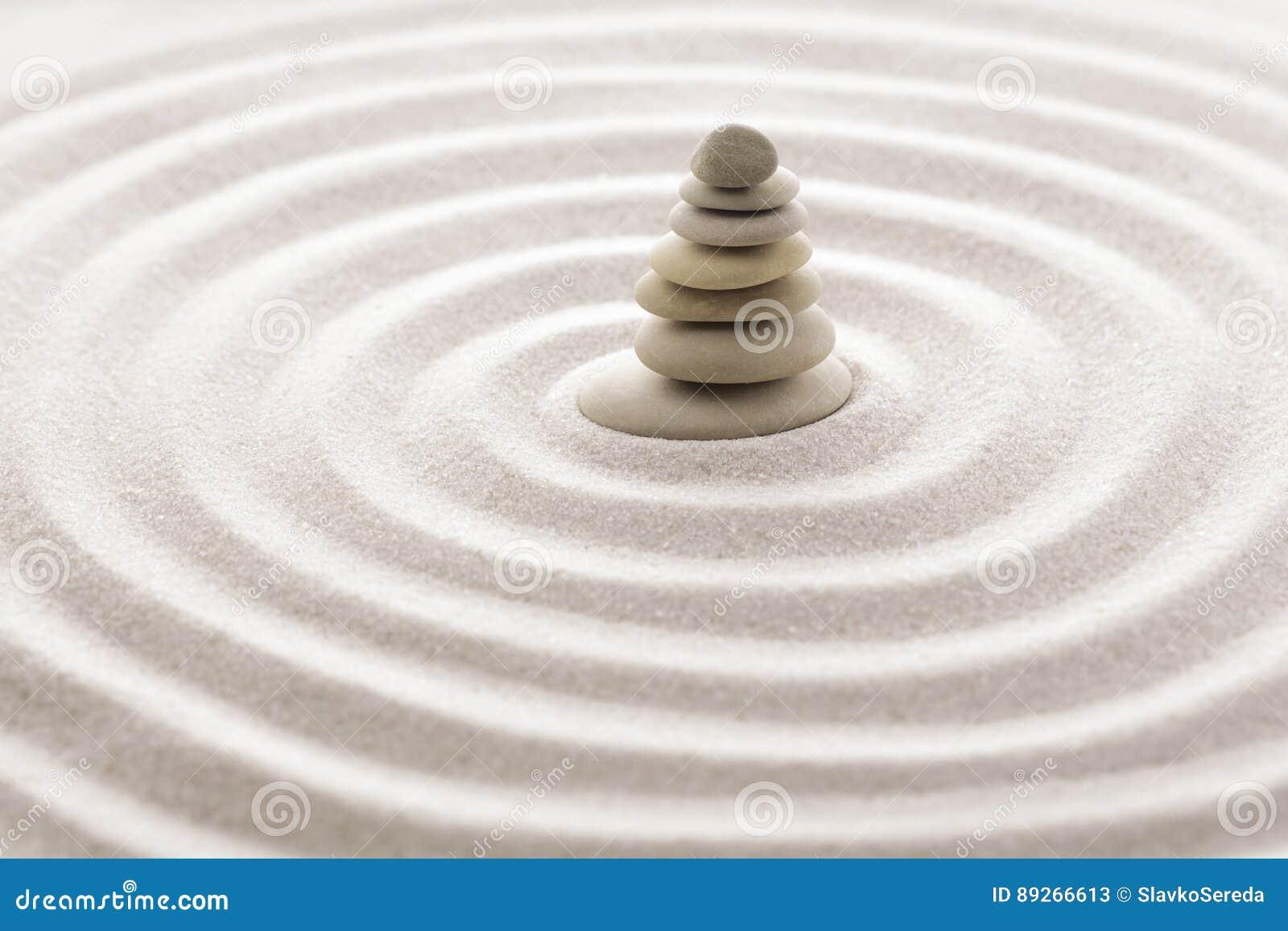 Японский камень раздумья сада Дзэн для песка концентрации и релаксации и утес для сработанности и баланс в чисто простоте - m