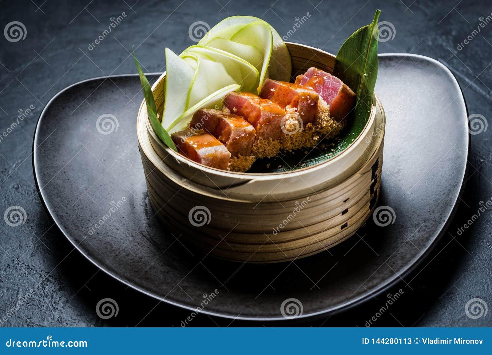 Японский сасими тунца, темная предпосылка, взгляд сверху