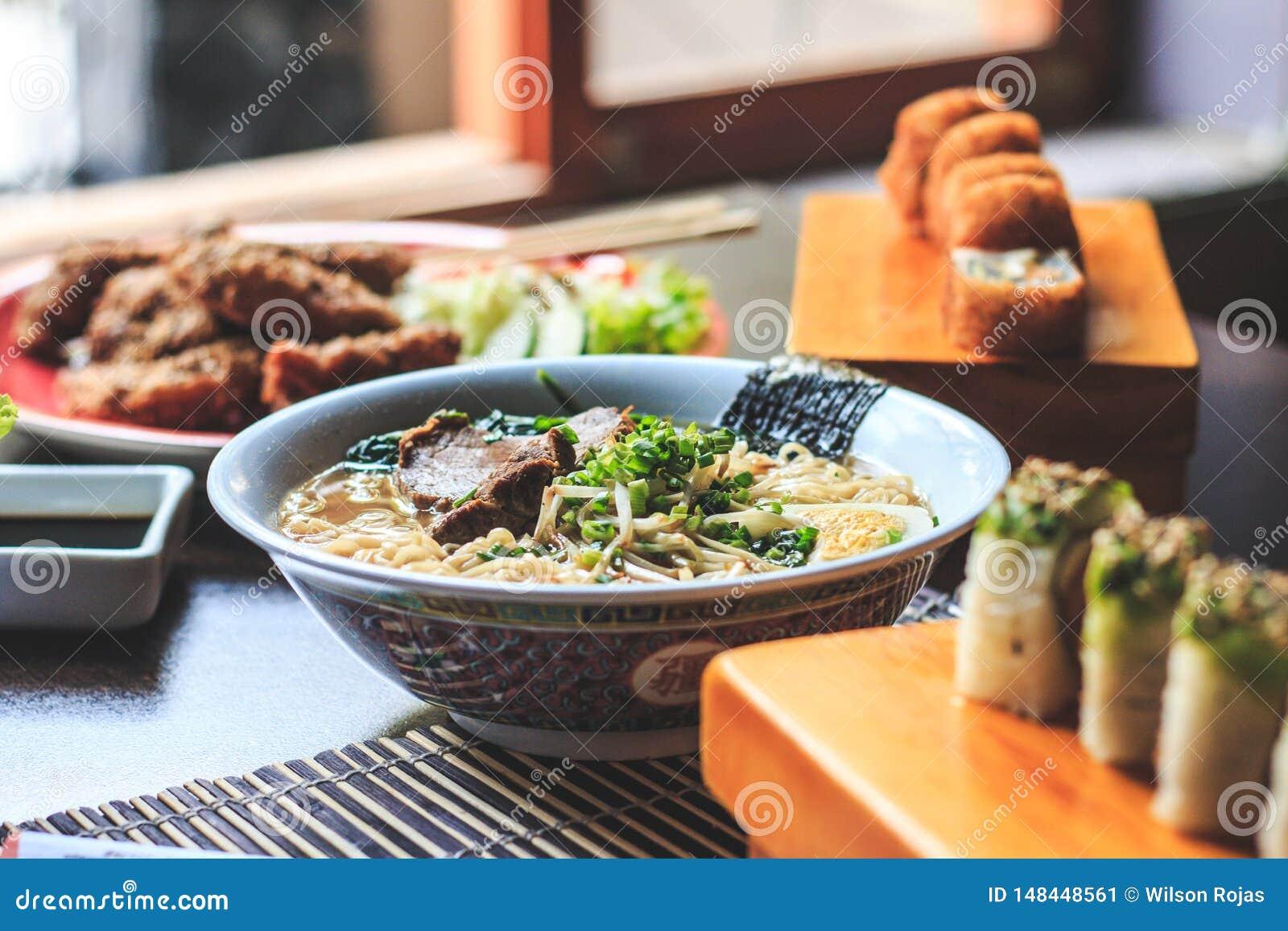 Японский суп рамэнов с цыпленком