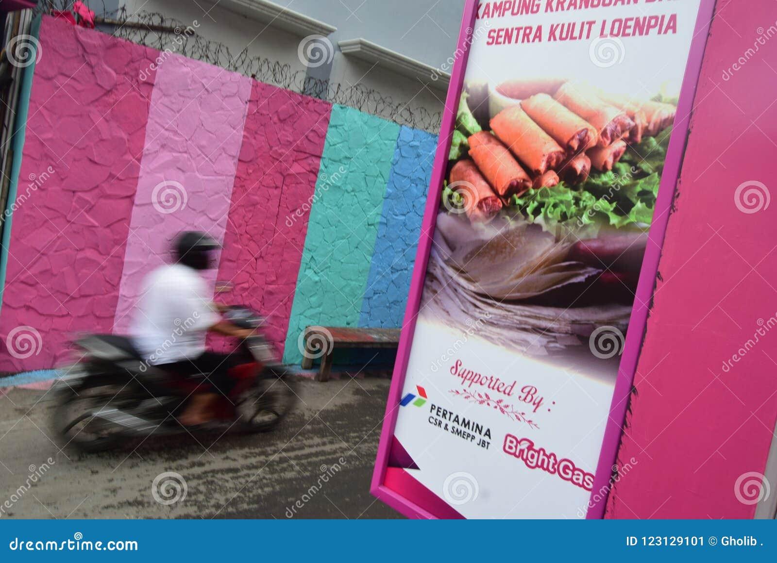 Яркая деревня газа в городе Semarang