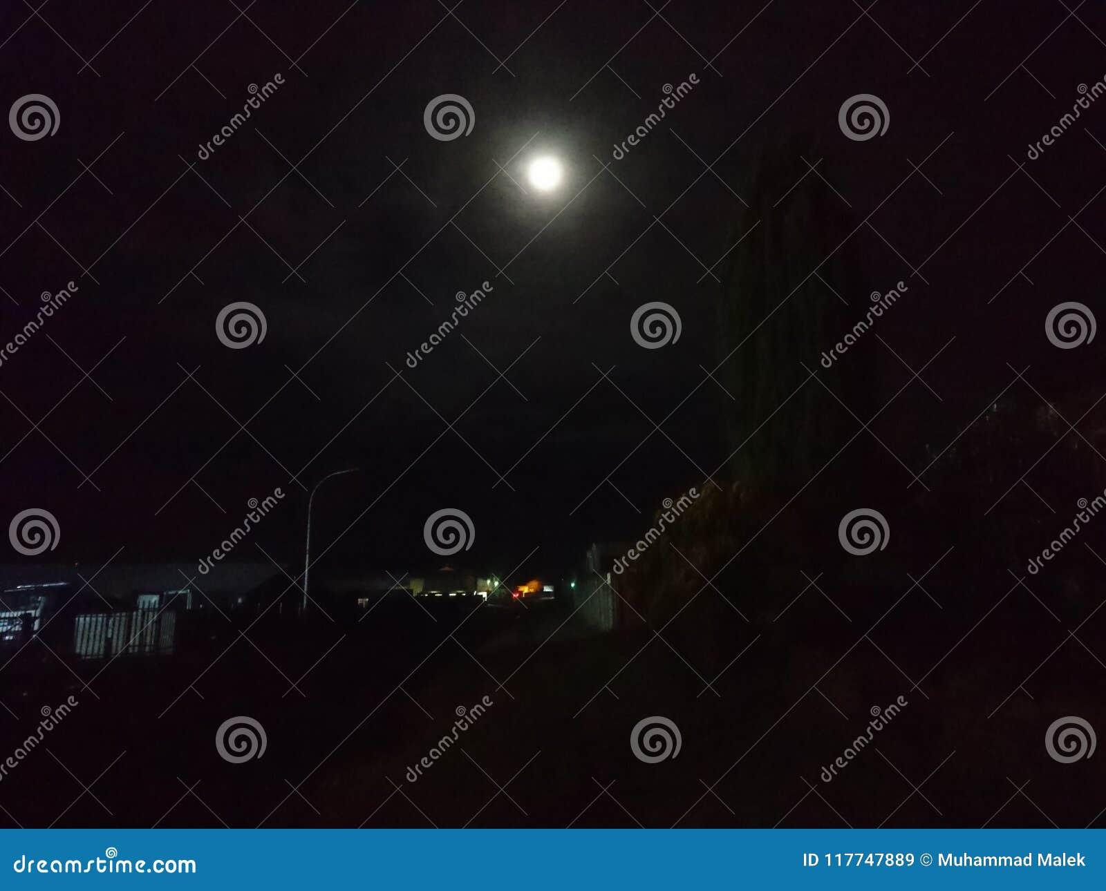 яркая луна