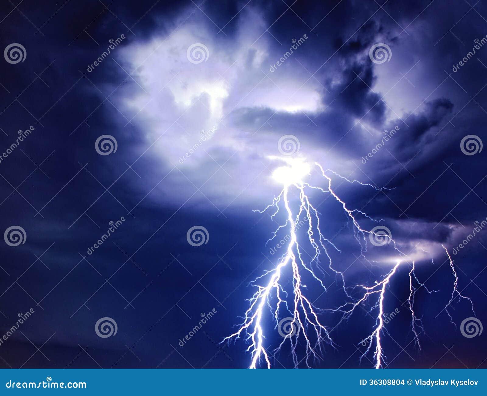 Яркая молния от облаков