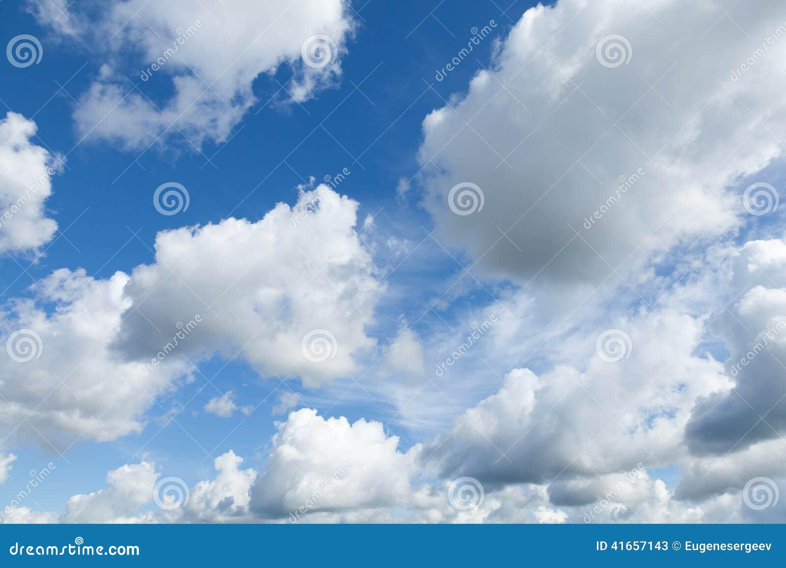 Яркая предпосылка голубого неба с облаками