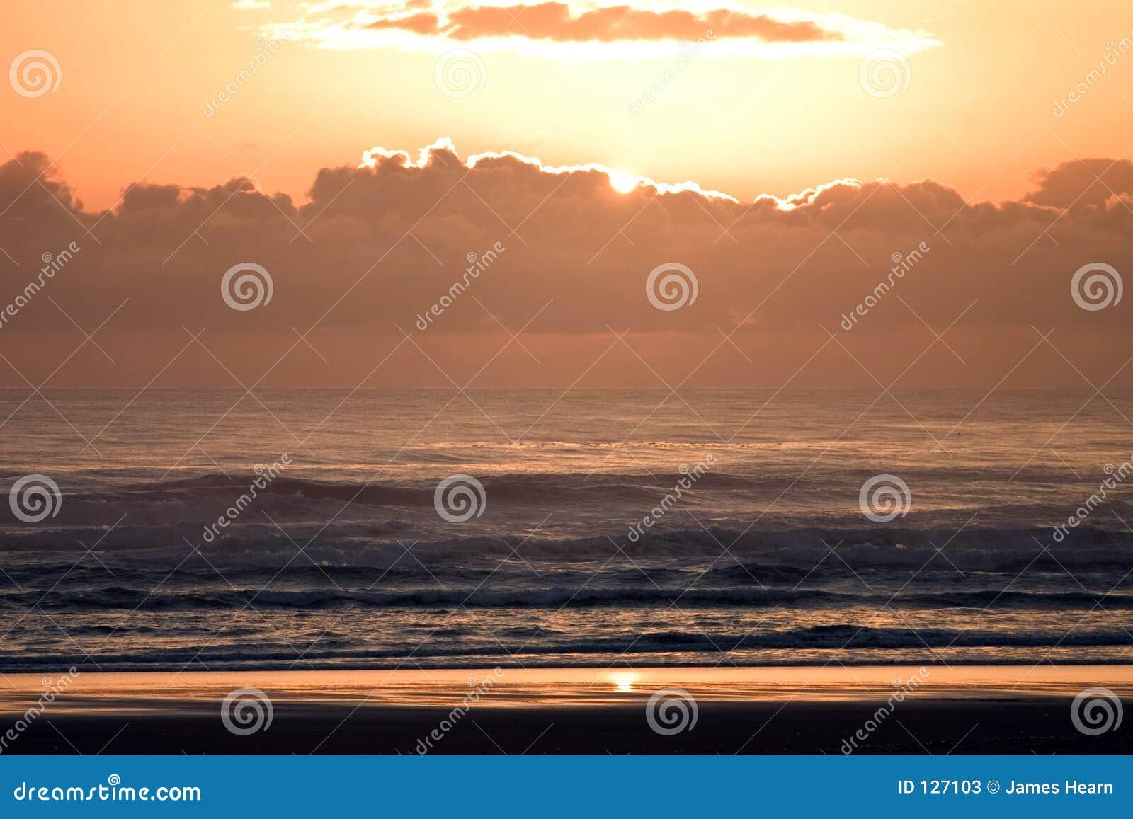 яркие облака плавают вдоль побережья sunsetbeach w солнца берега Орегона pacific океана природы зарева померанцовое установленное