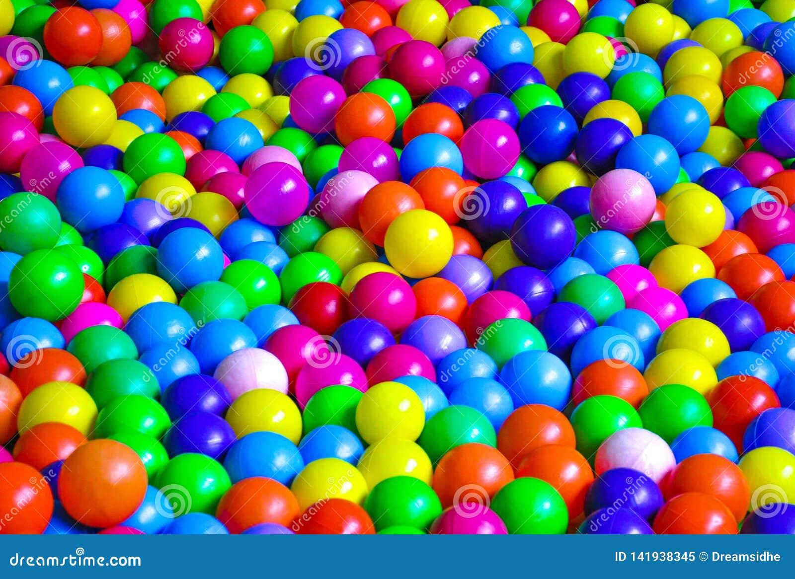 Яркие пластиковые шарики на спортивной площадке детей