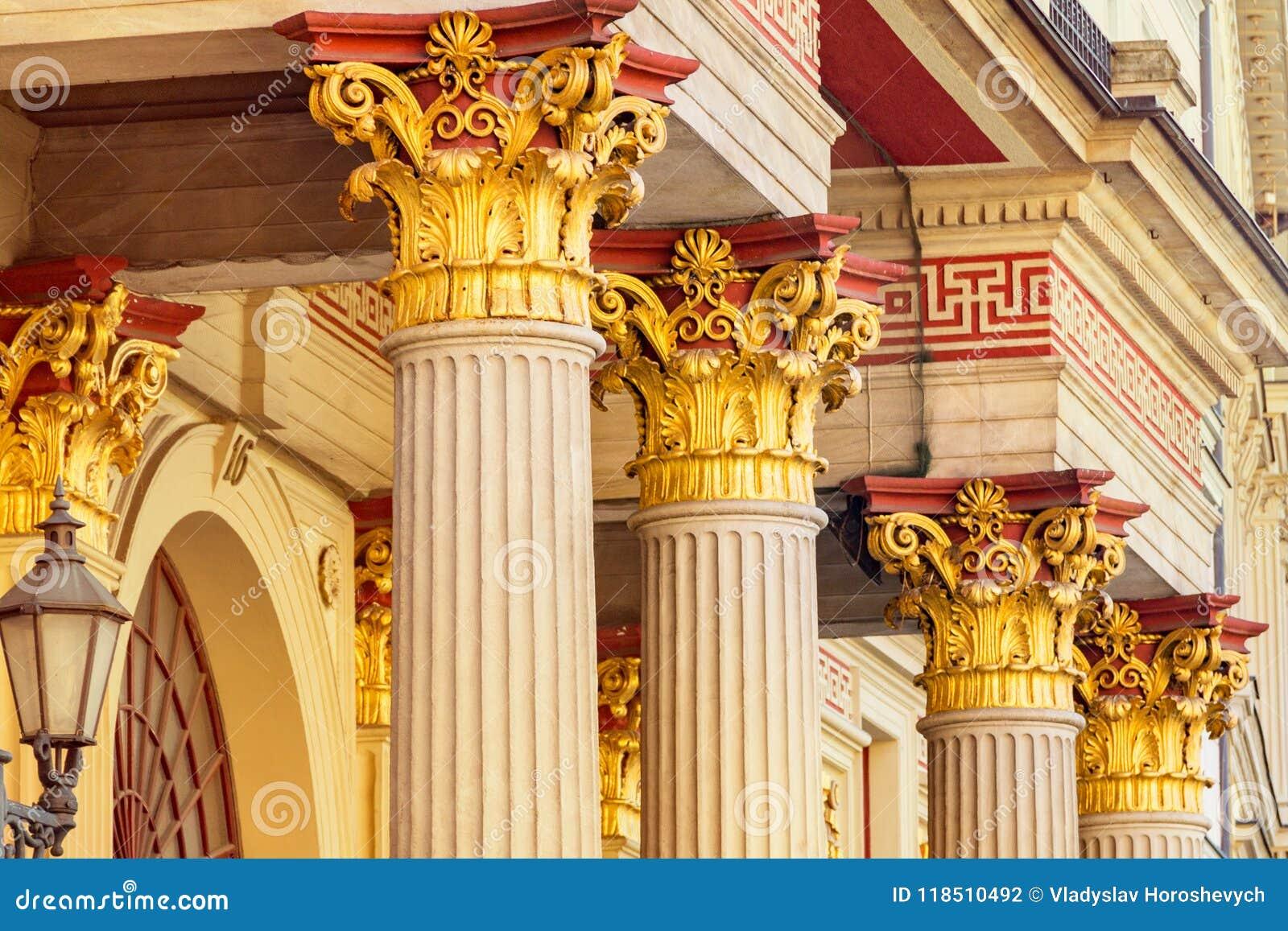 Яркие столбцы здания, старого двора, позолоченной колы