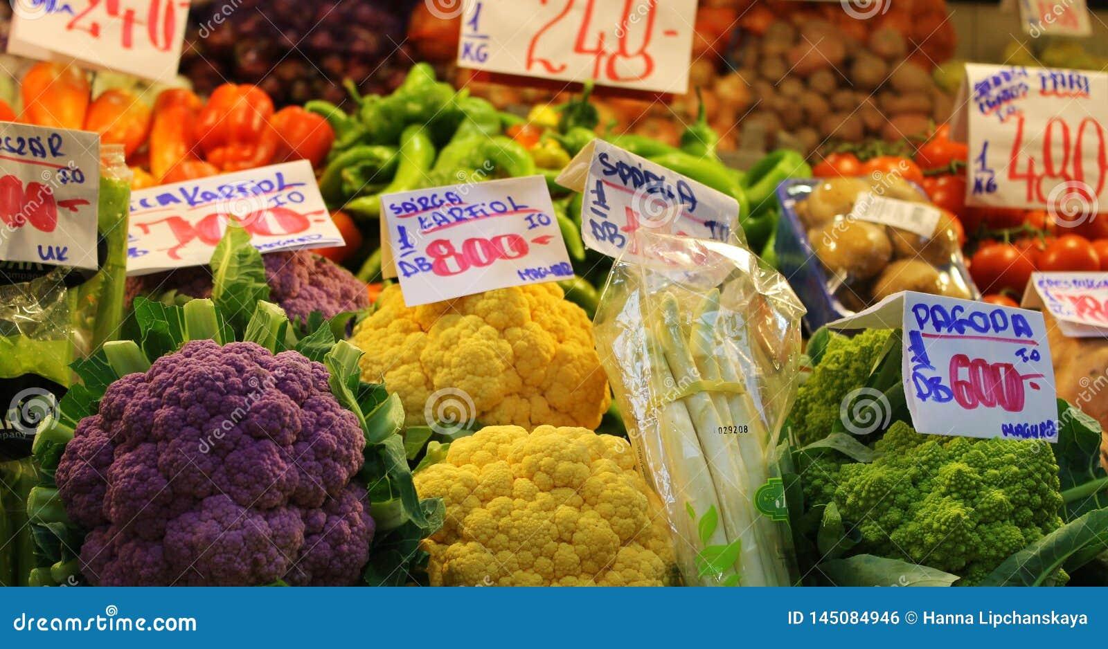 Яркие цвета рынка овоща