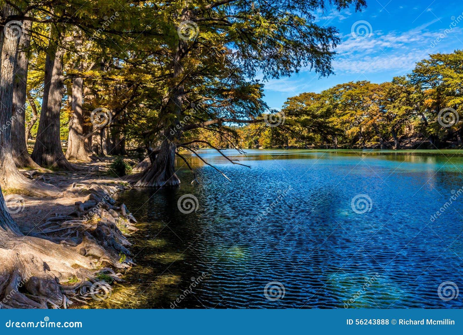 Яркий красивый листопад на Кристл - ясное река Frio
