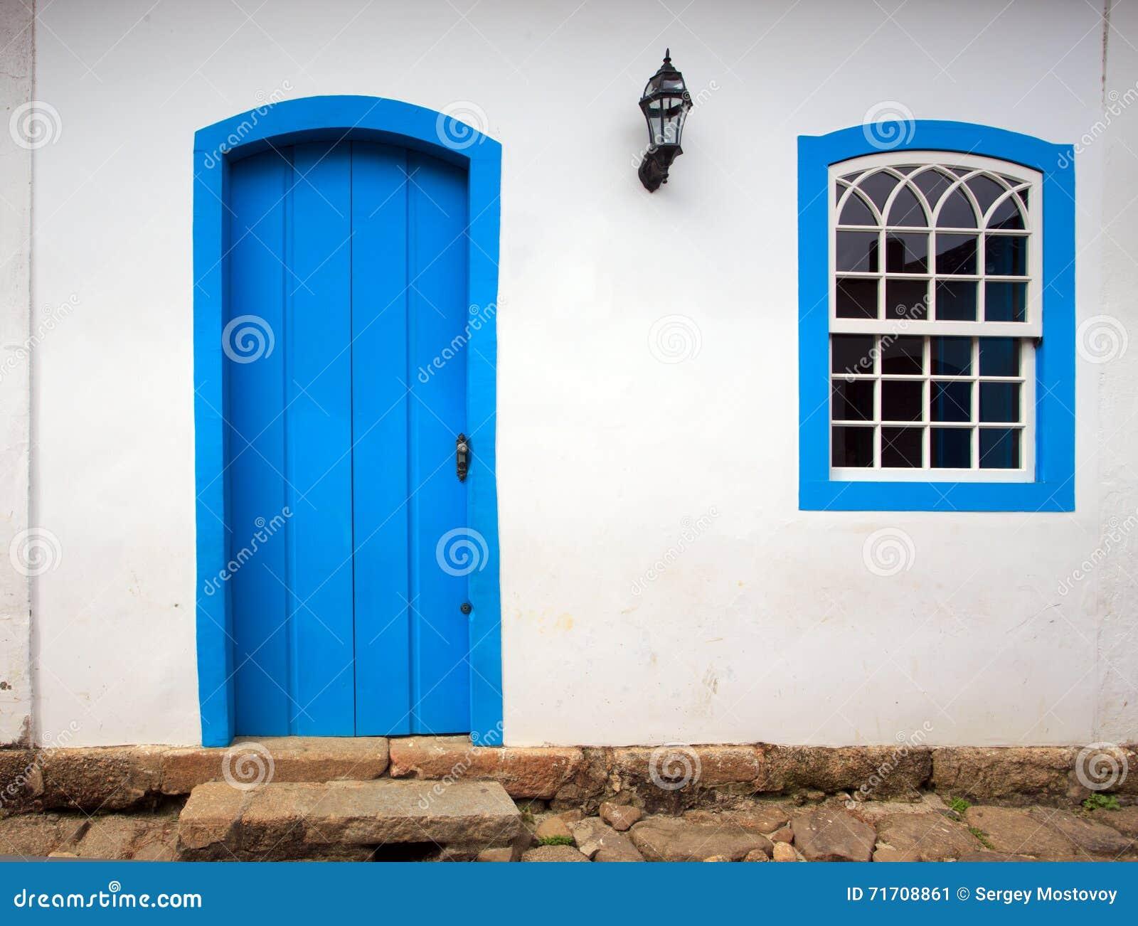 Яркий покрашенный фасад