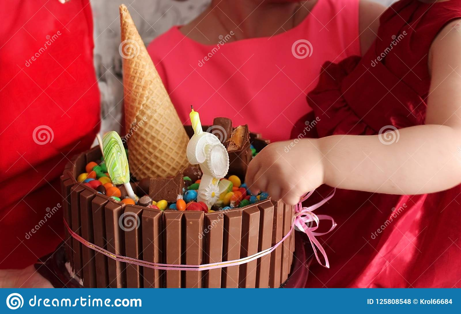 Яркий шоколадный торт для дня рождения маленькой девочки