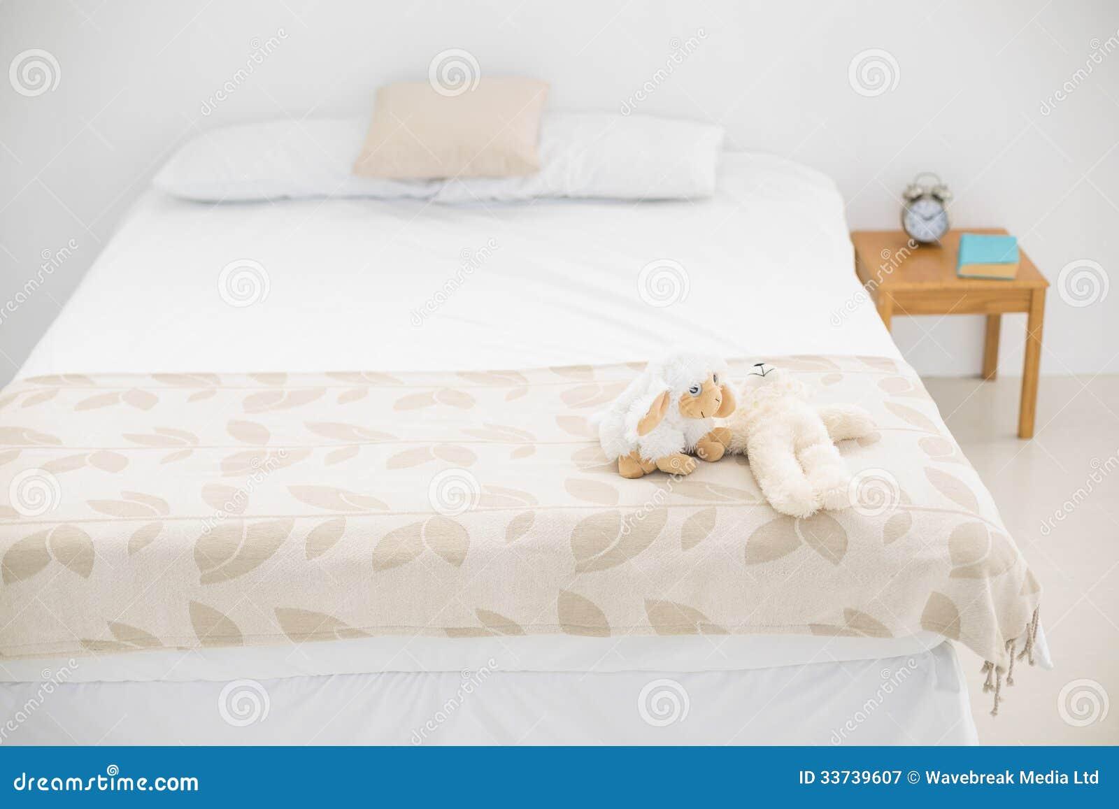 Ярко освещенная спальня