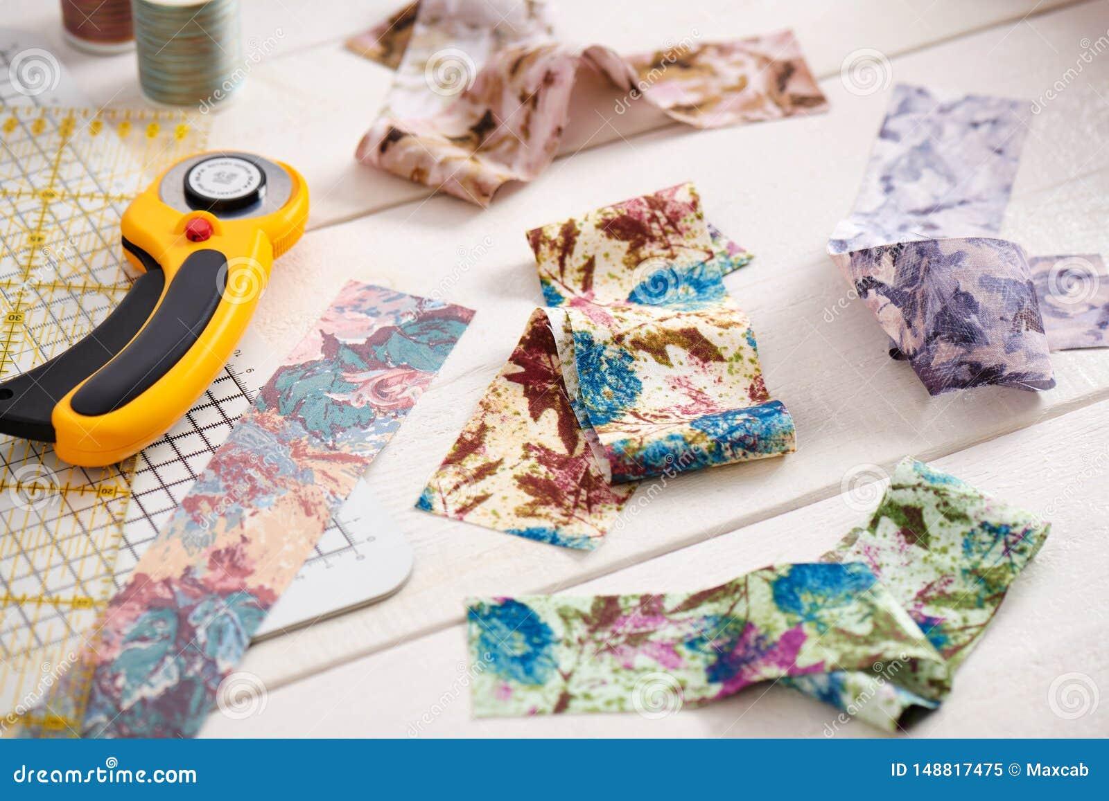 Ярко покрашенные прокладки ткани, роторного резца и выстегивая ...
