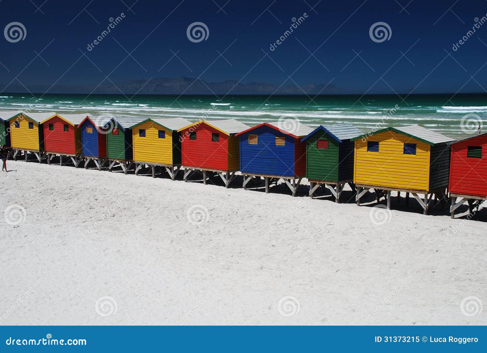 Ярко цветастые хаты пляжа в Muizenberg, Южной Африке