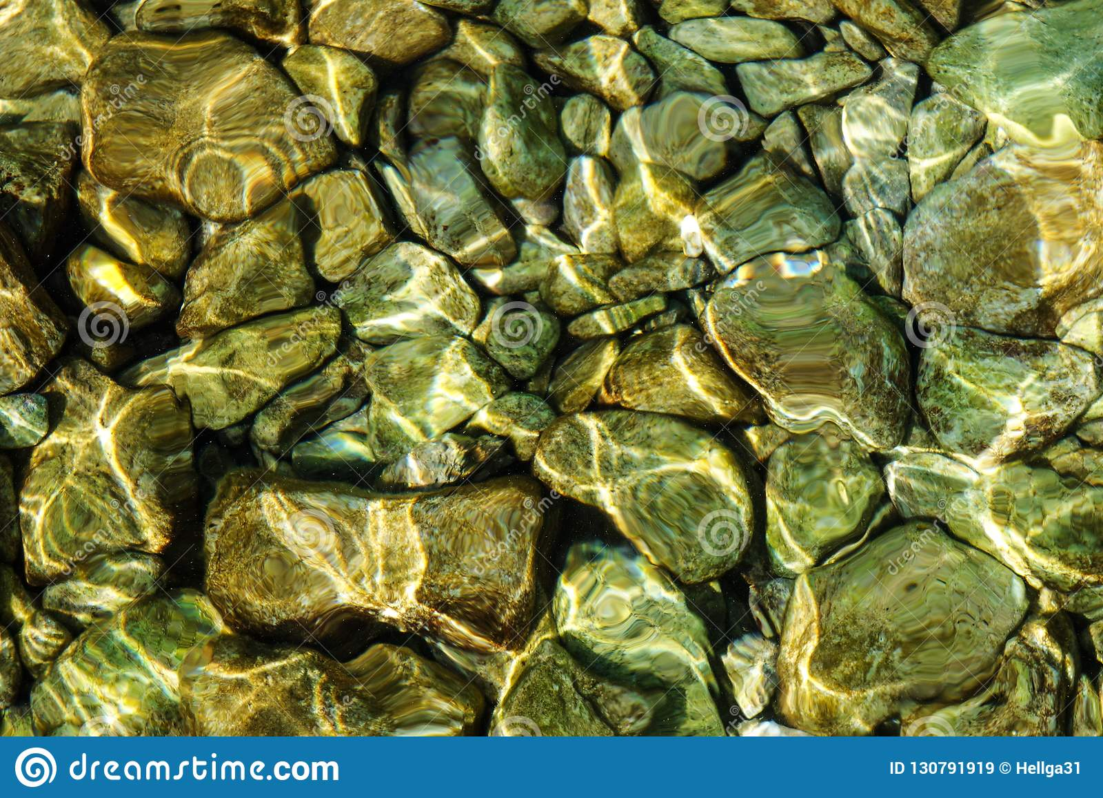 Ясная прозрачная морская вода до которая вы можете увидеть текстуру предпосылки камней подводно
