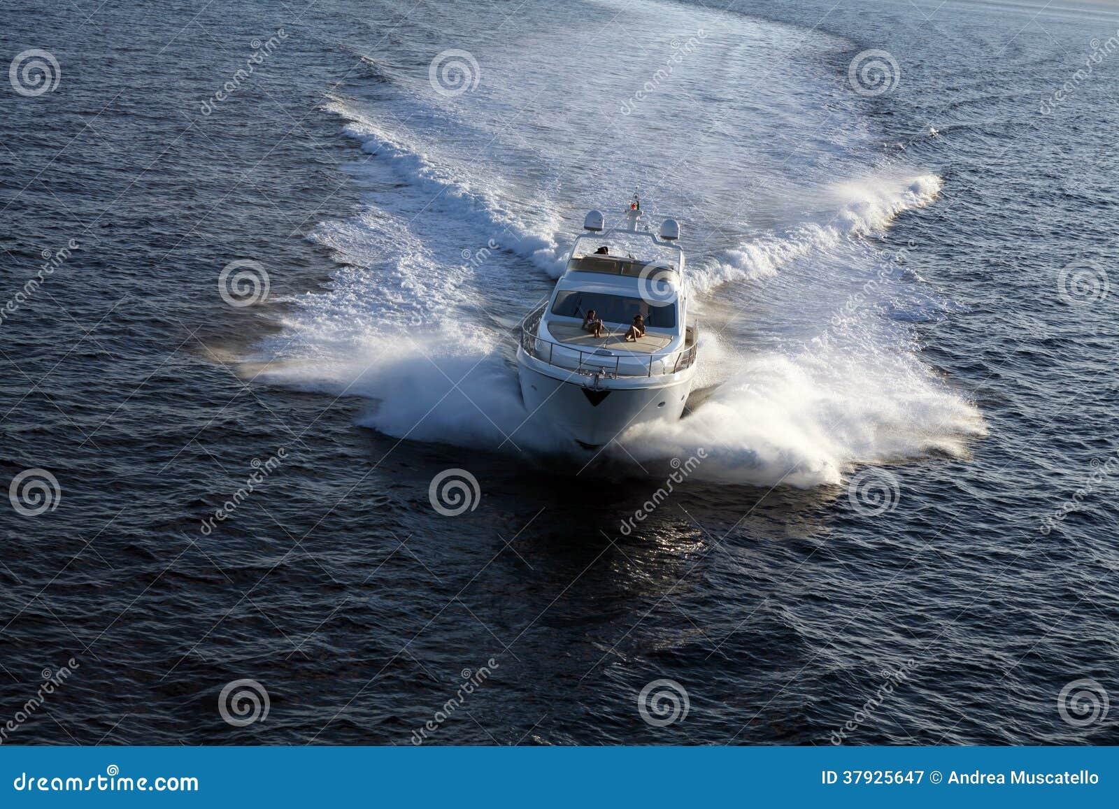 Яхта мотора