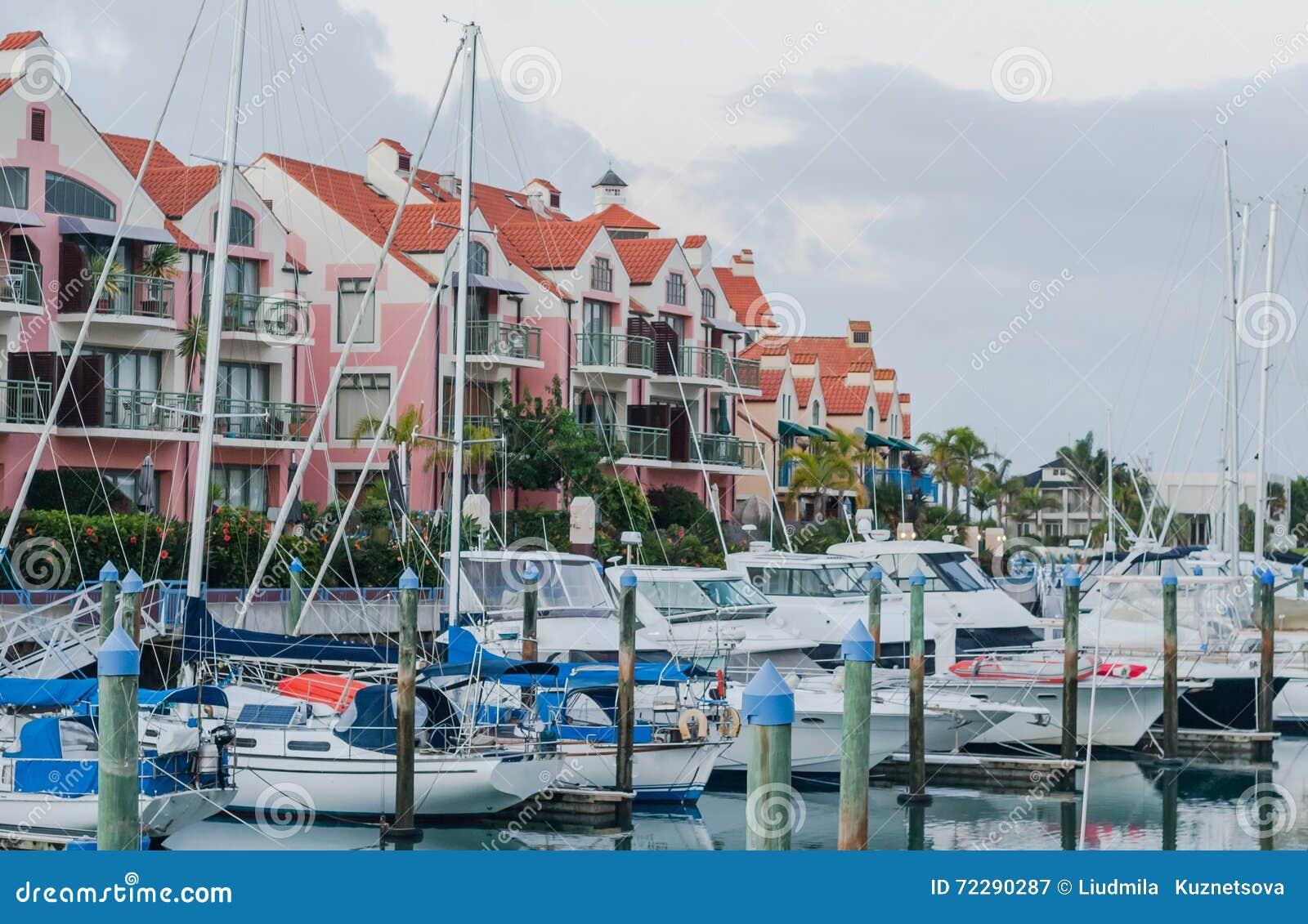 Download Яхта перед домом стоковое изображение. изображение насчитывающей роскошь - 72290287