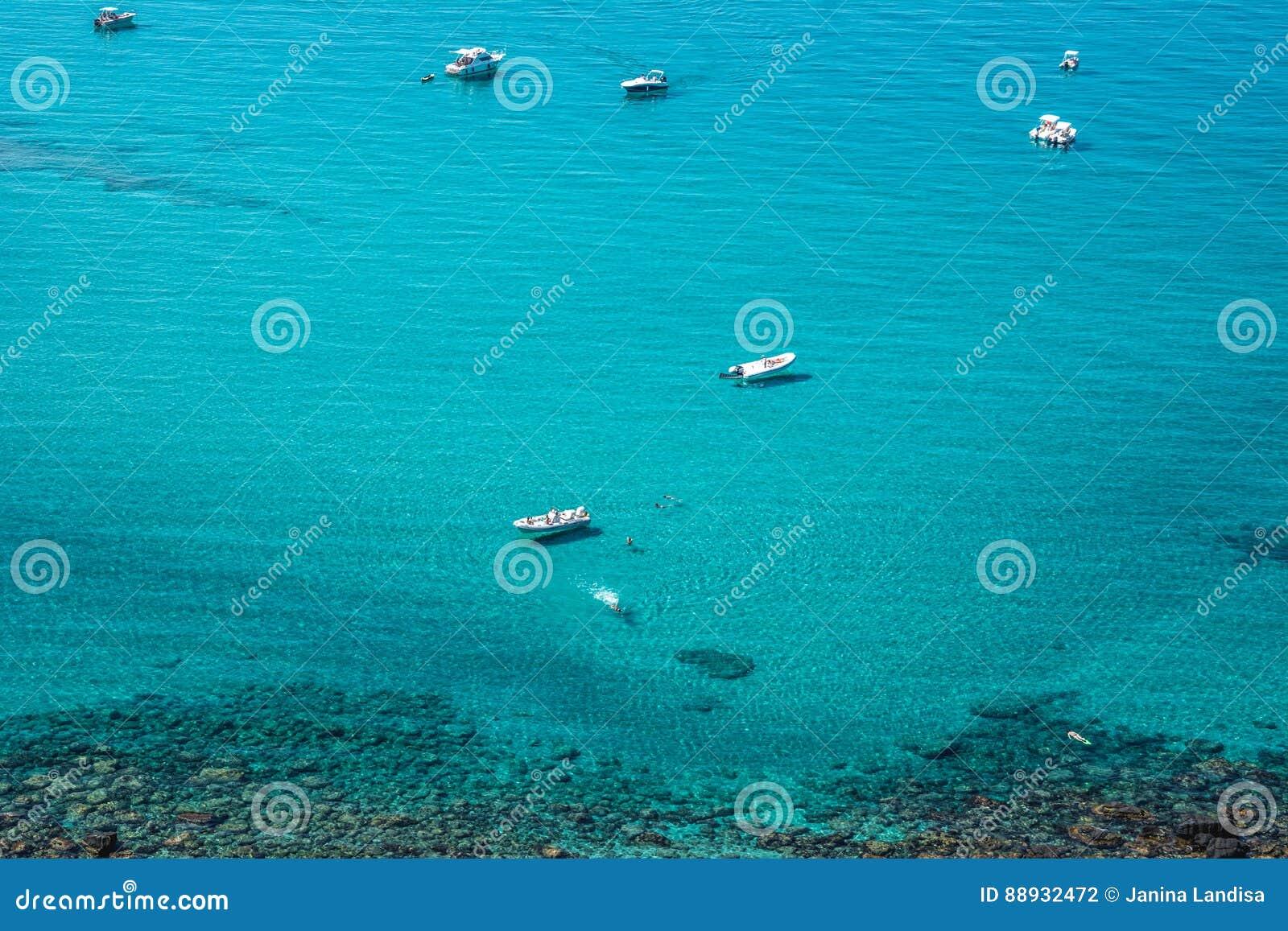 Яхты в море бирюзы