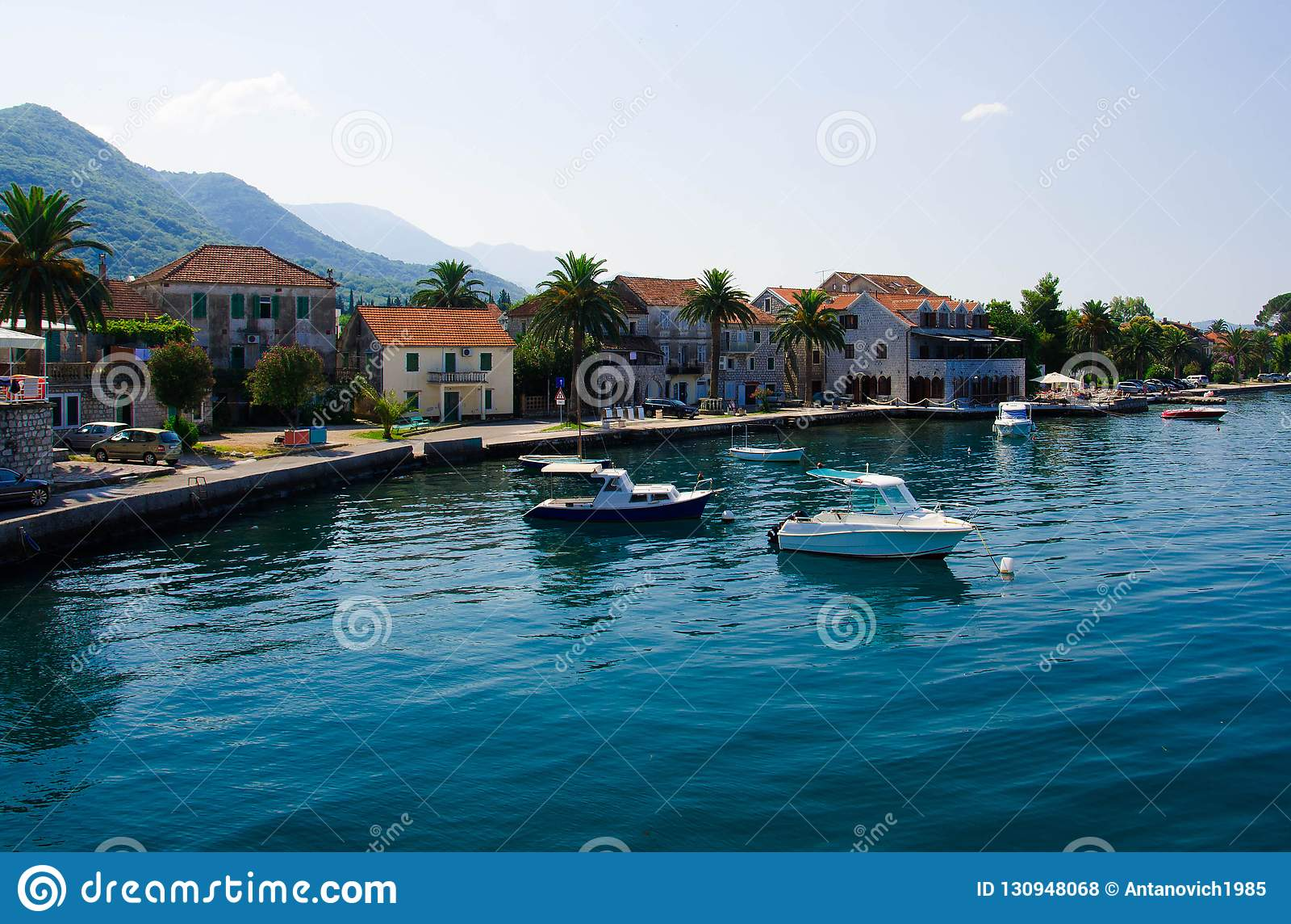 Яхты и рыбацкие лодки, залив Kotor, Tivat, Seljanovo, Monten