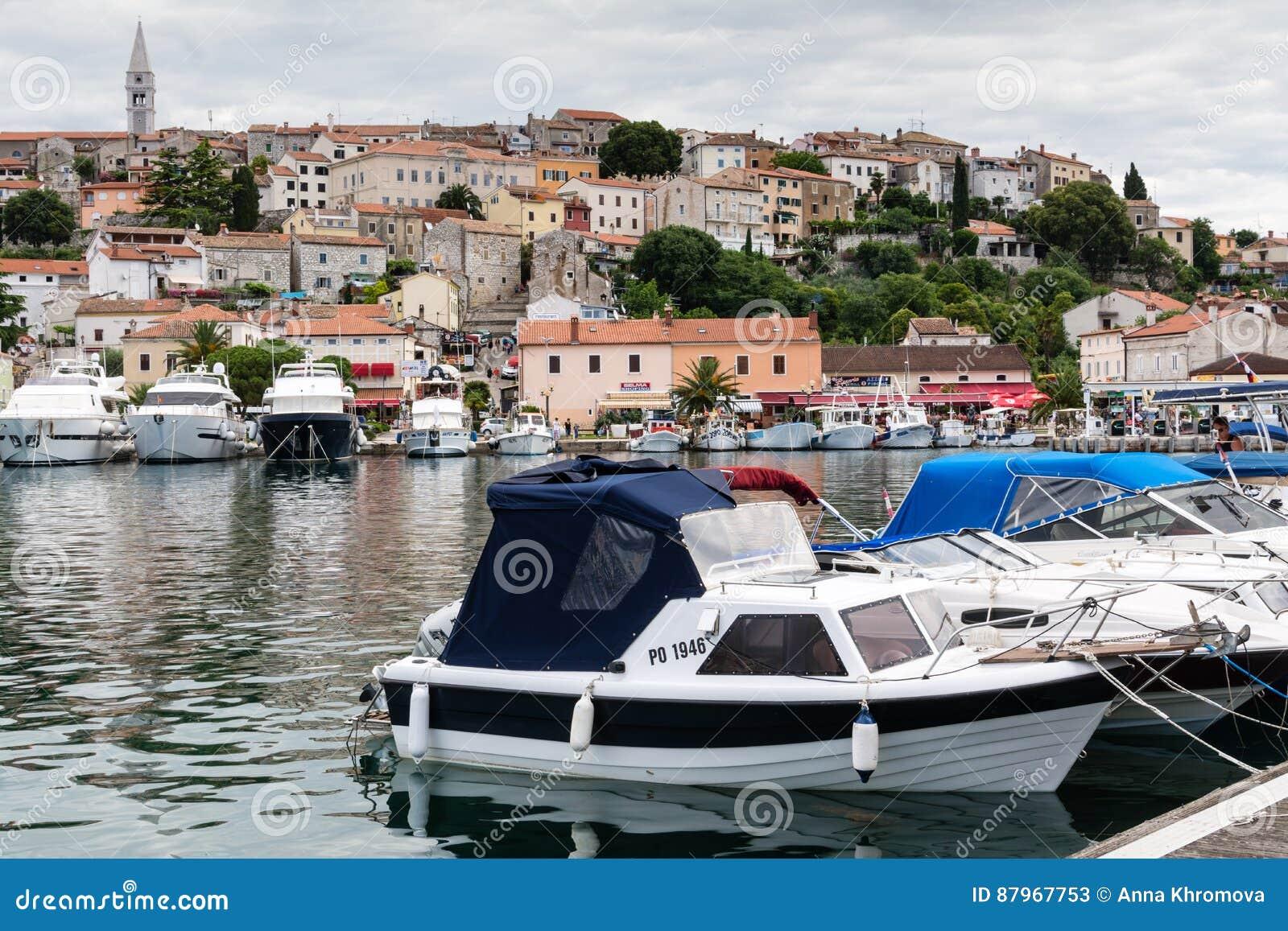 Яхты и шлюпки в гавани старого хорватского городка Vrsar