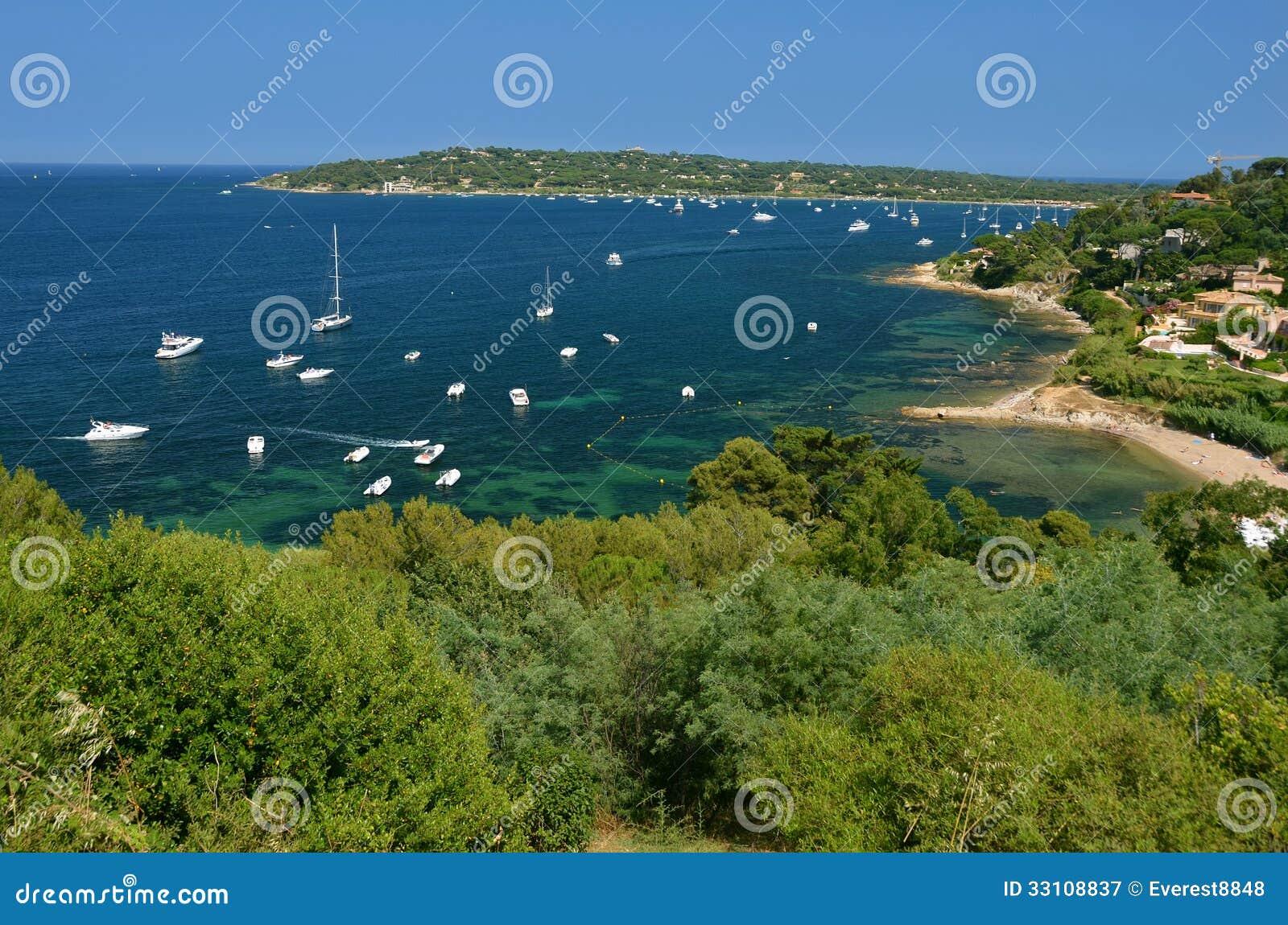 Яхты поставленные на якорь в гавани St Tropez, Франции