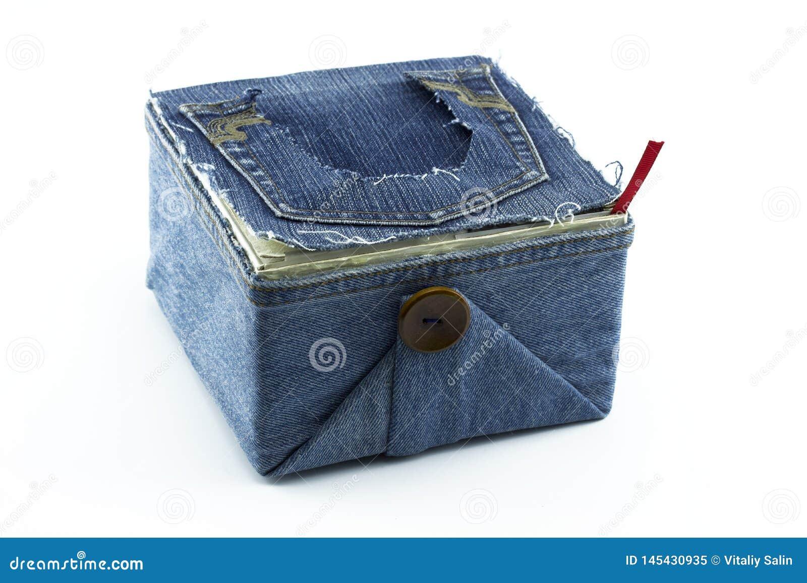 Ящик для хранения со сплетя поставками: шить поток, ножницы, катышкы потока и иглы, аксессуары для шить изолированный на whi